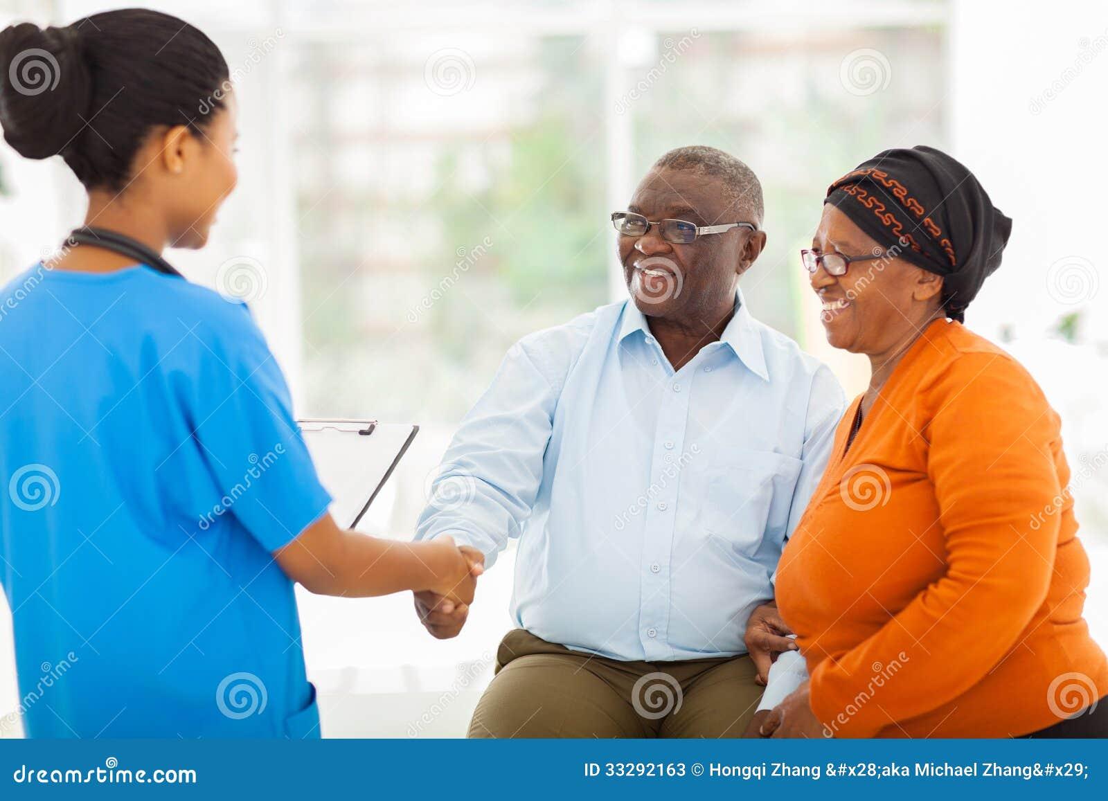 Imagens De Cumprimento: Pares Superiores De Cumprimento Da Enfermeira Africana