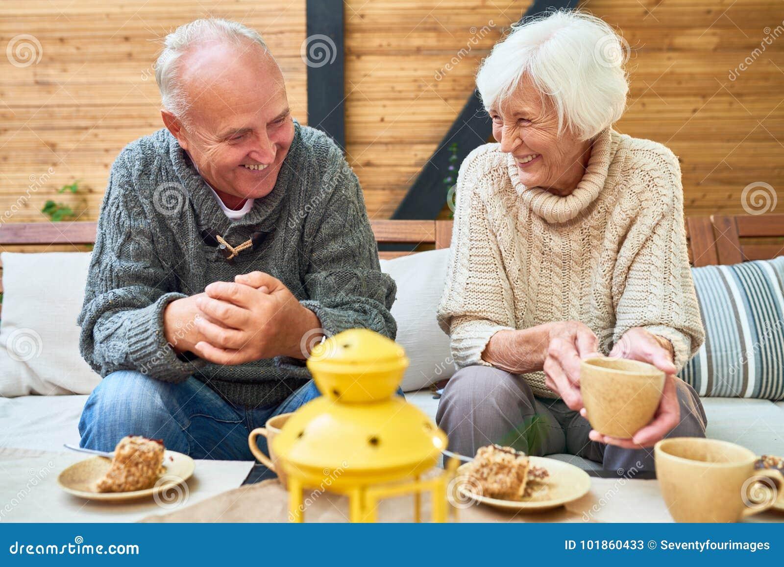 Pares superiores felizes na aposentadoria