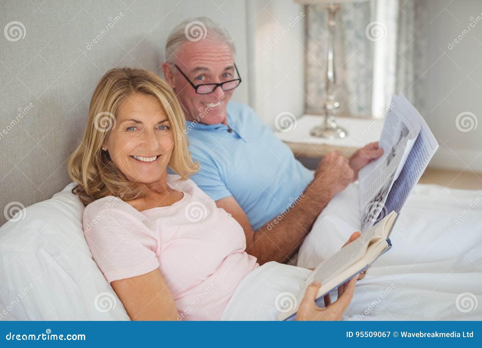 Pares superiores no jornal e no livro da leitura da cama