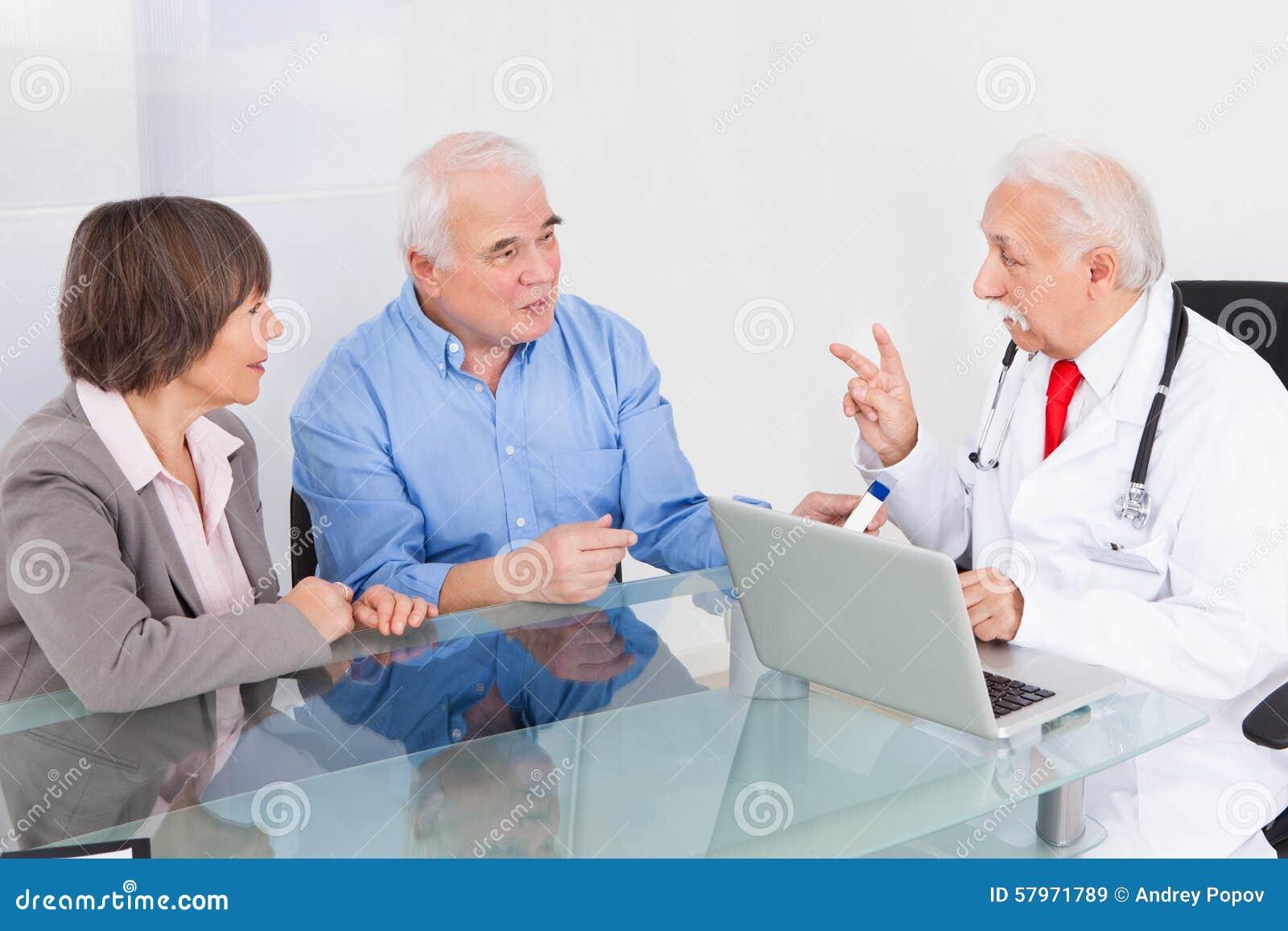 Pares superiores que discutem com o doutor