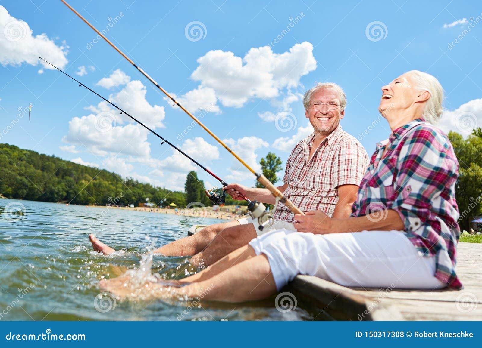 Pares superiores que espirram com seus pés na água
