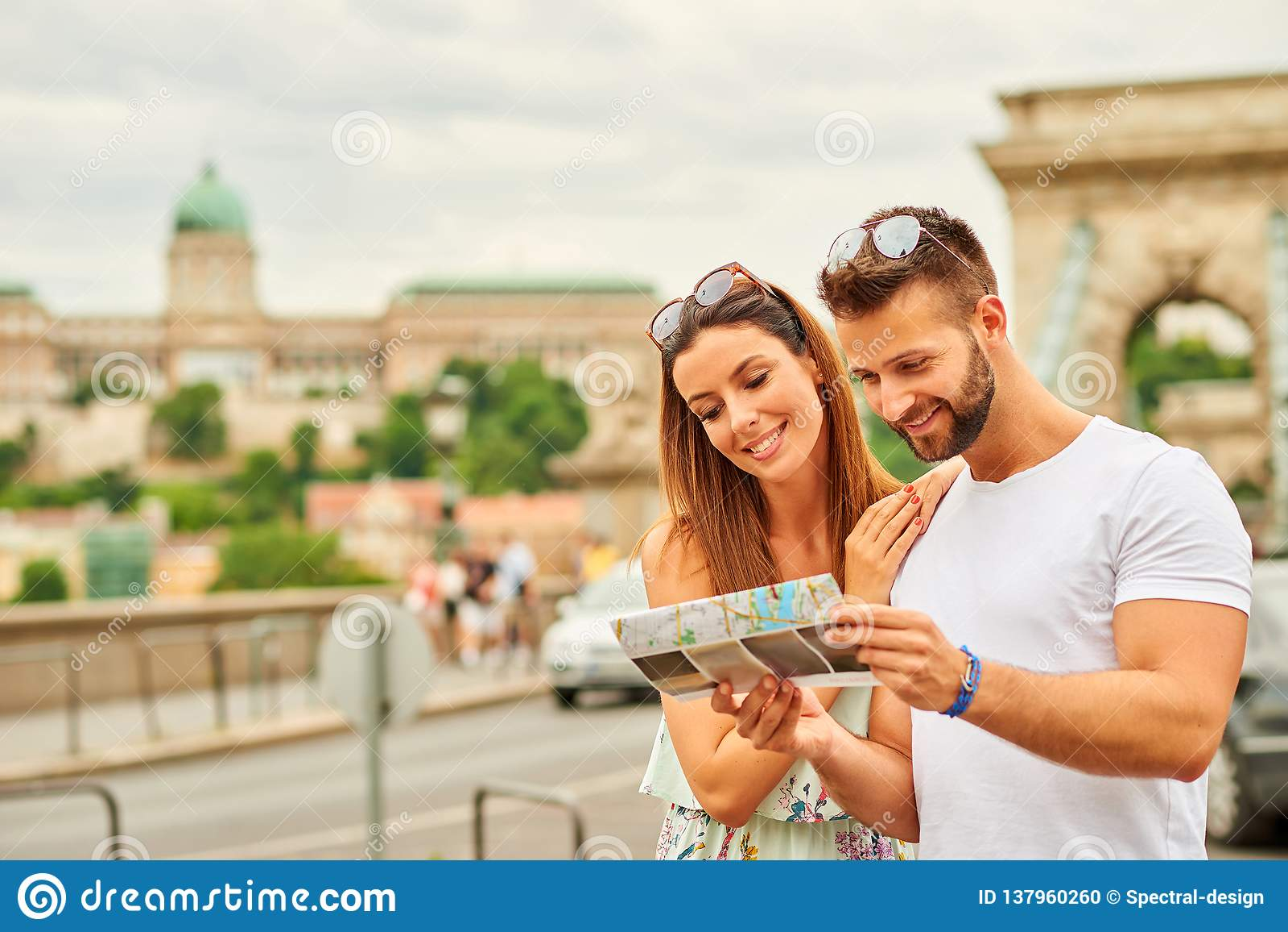 Pares turísticos jovenes
