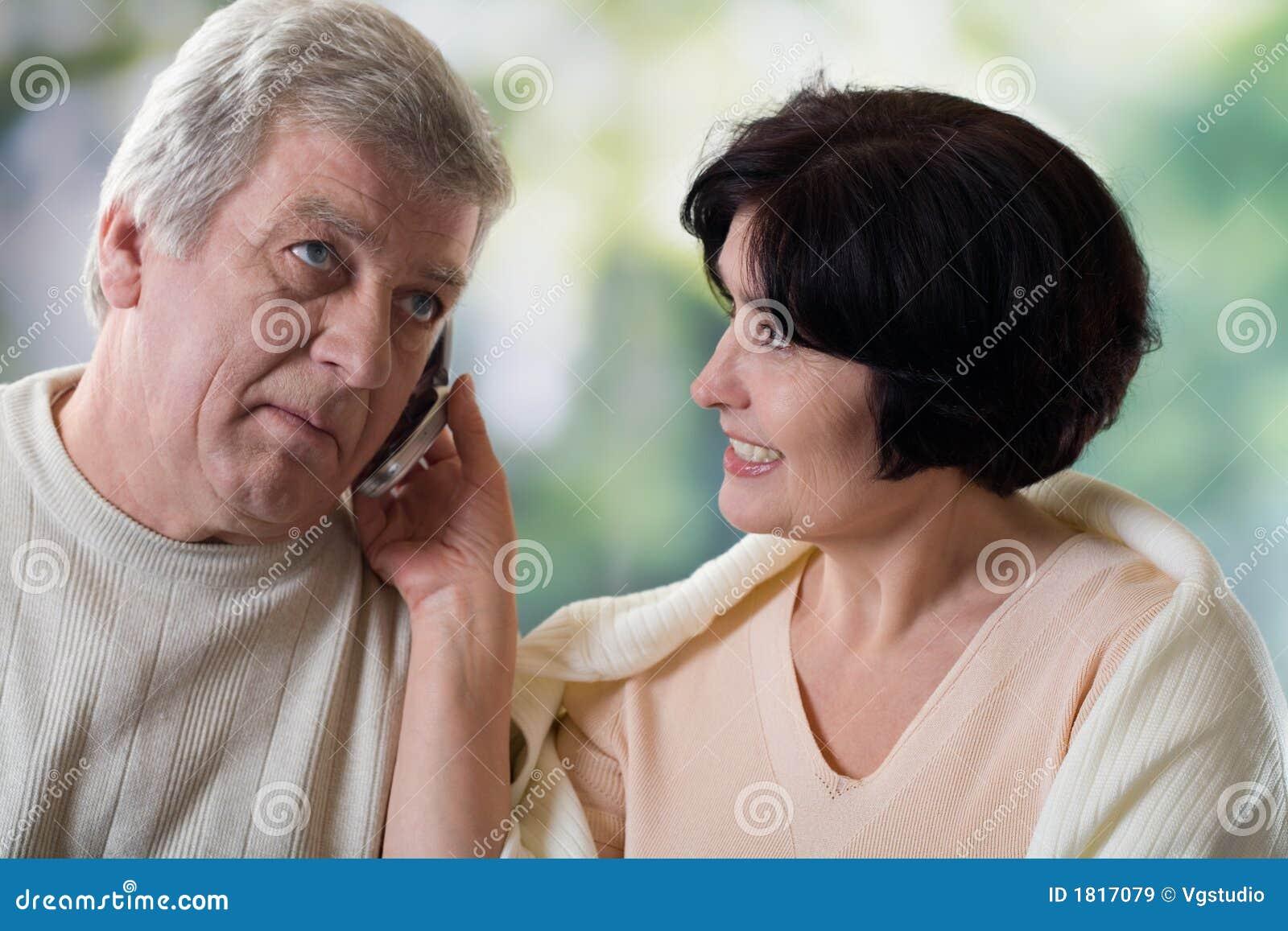 Pares velhos felizes no telefone móvel