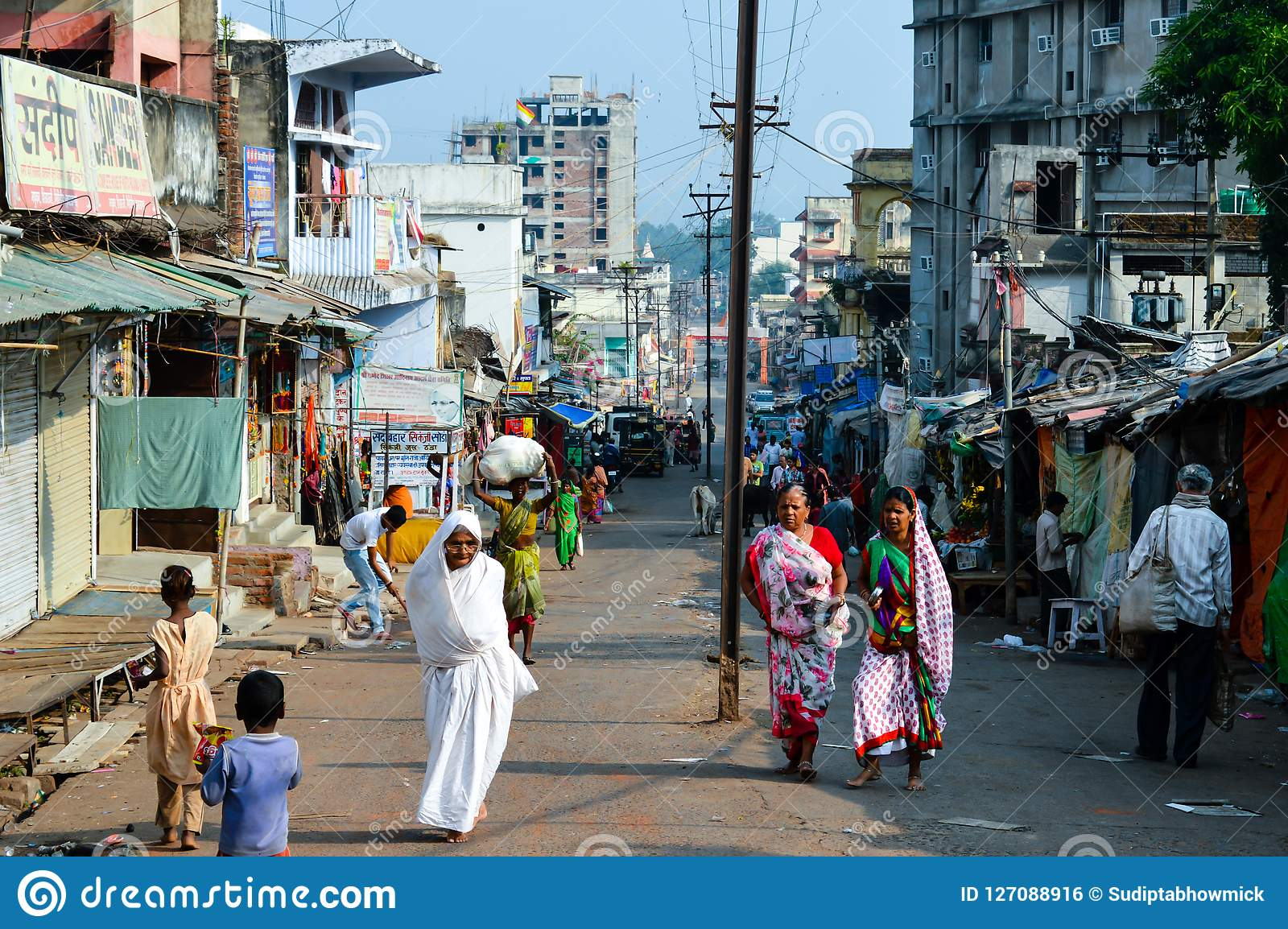 PARESHNATH, JHARKHAND INDIA, JAN, - 25: Ludzie i tłoczą się odprowadzenie przez sławnego weekendowego targowego terenu Ja wierzył
