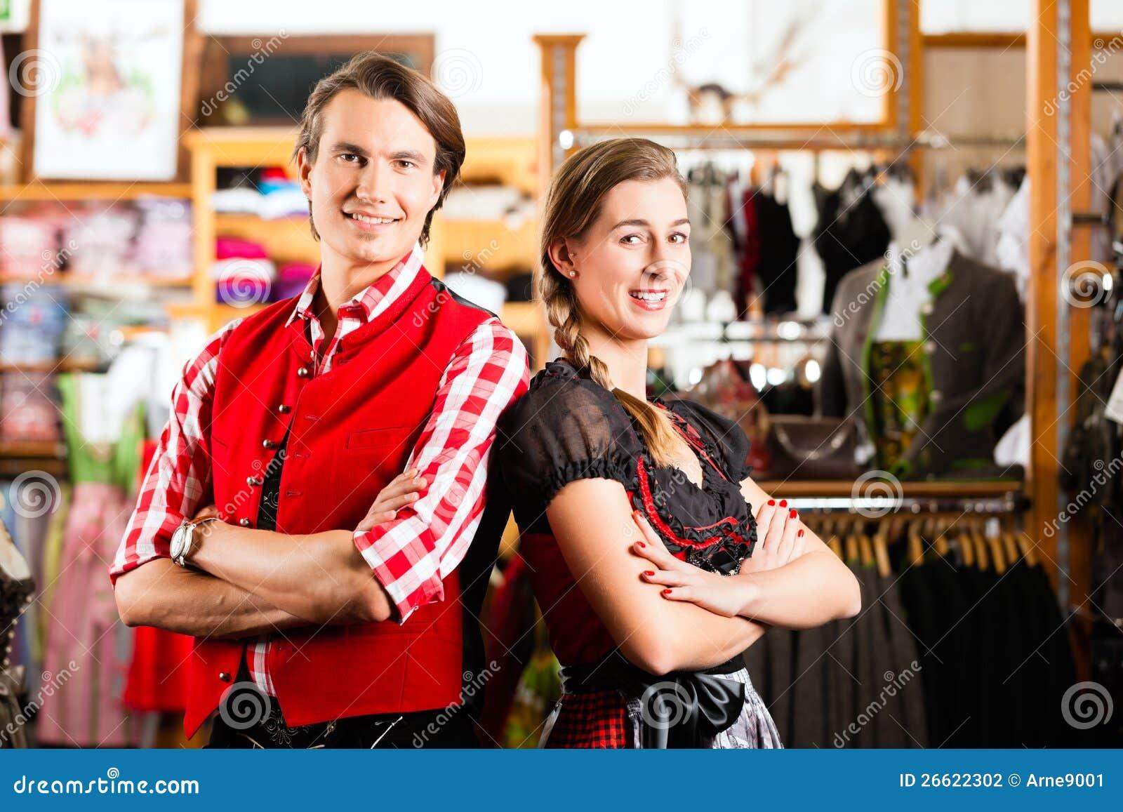 Paret försöker dirndlen eller Lederhosen i en shoppa