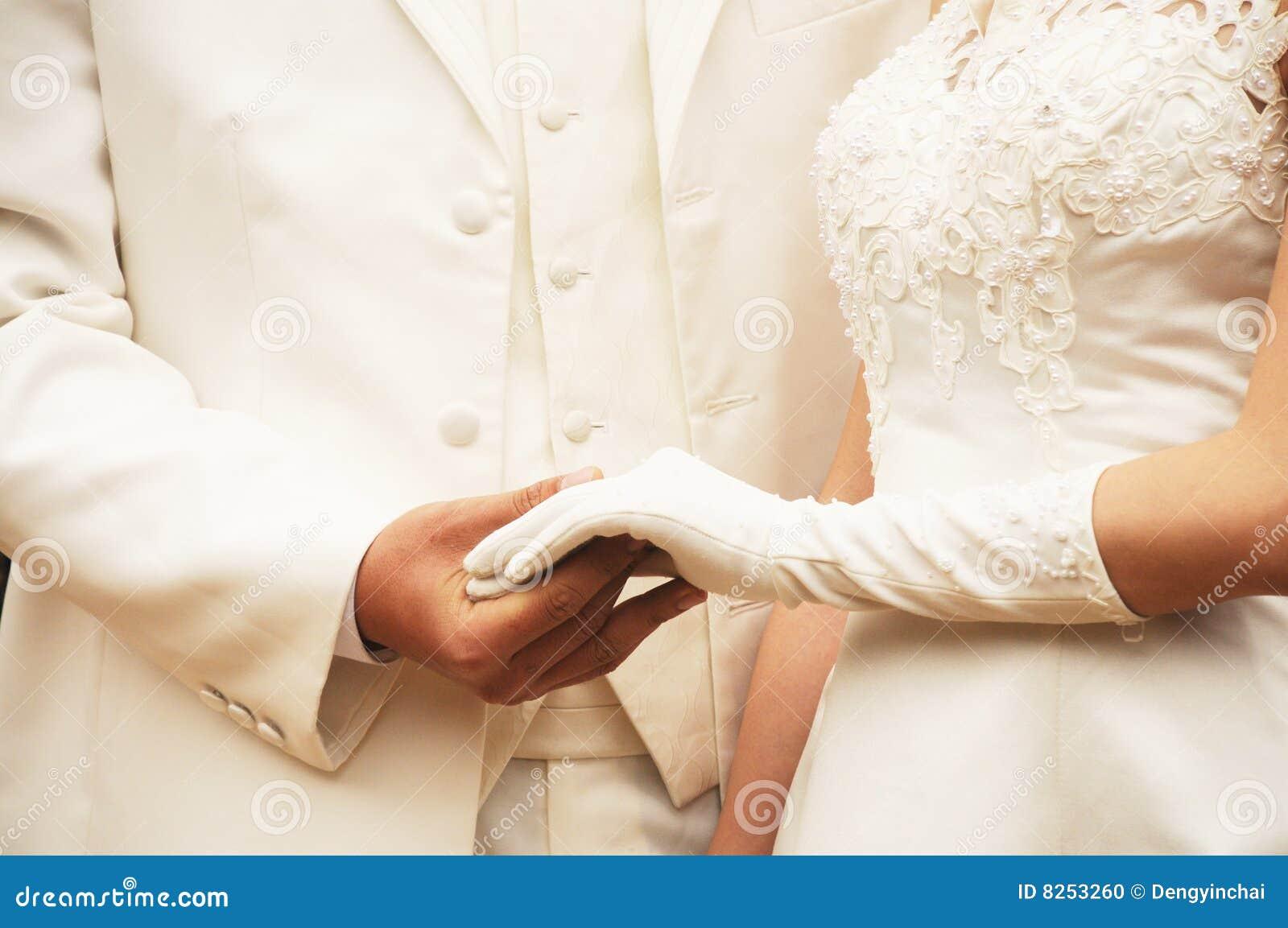 Paret hands holdingbarn
