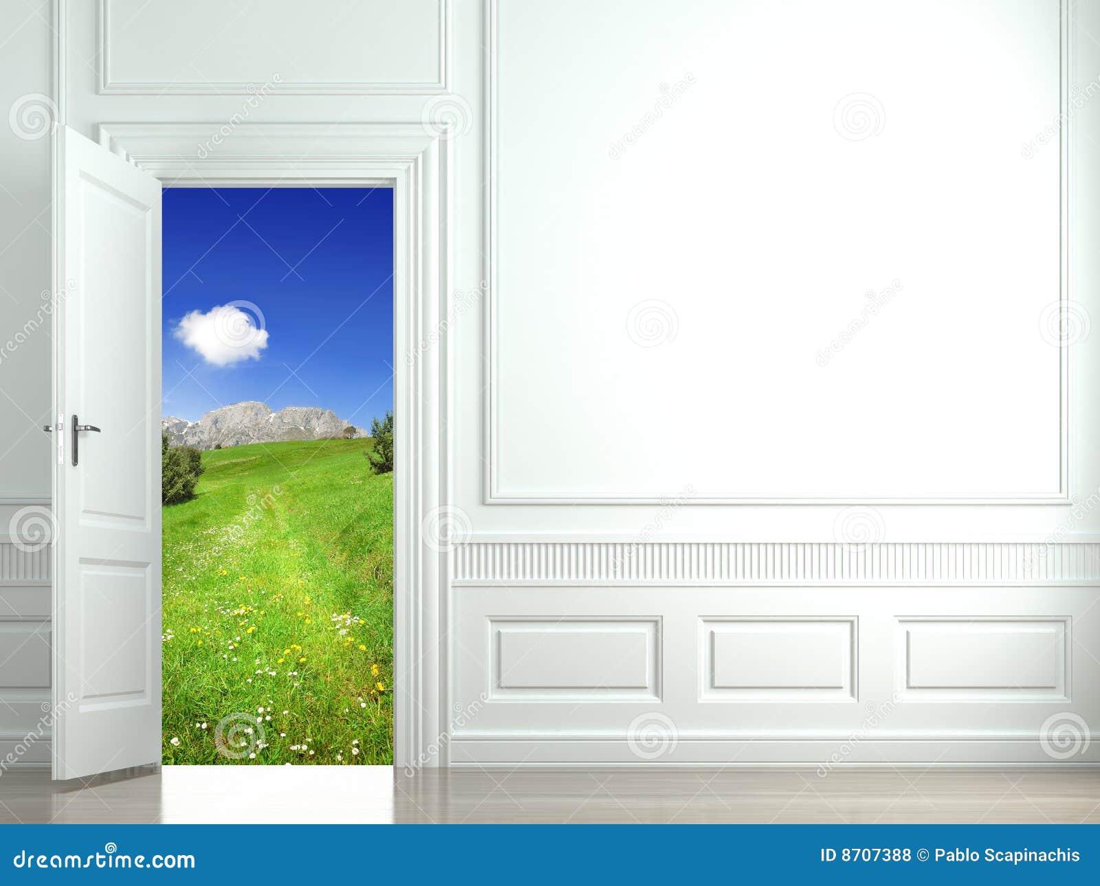 Parete bianca con la porta aperta al paesaggio fotografie for Porta aperta