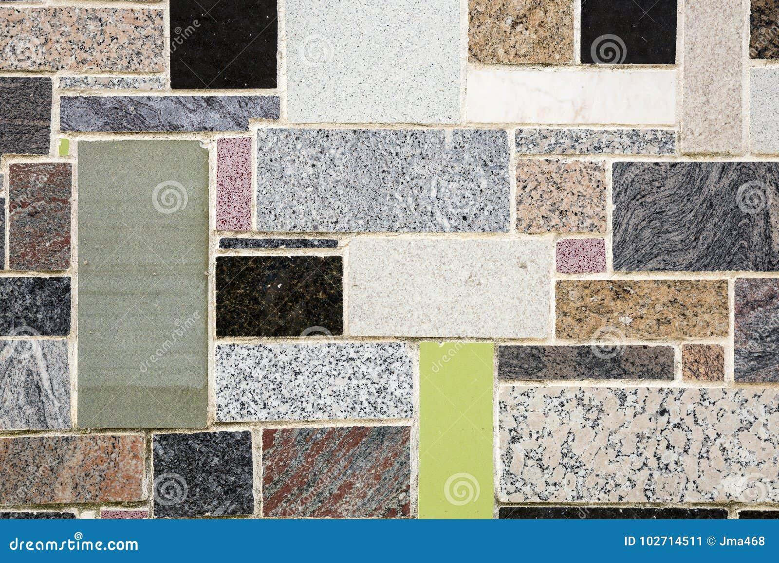Parete decorata con i pezzi di pietra di marmo colourful immagine