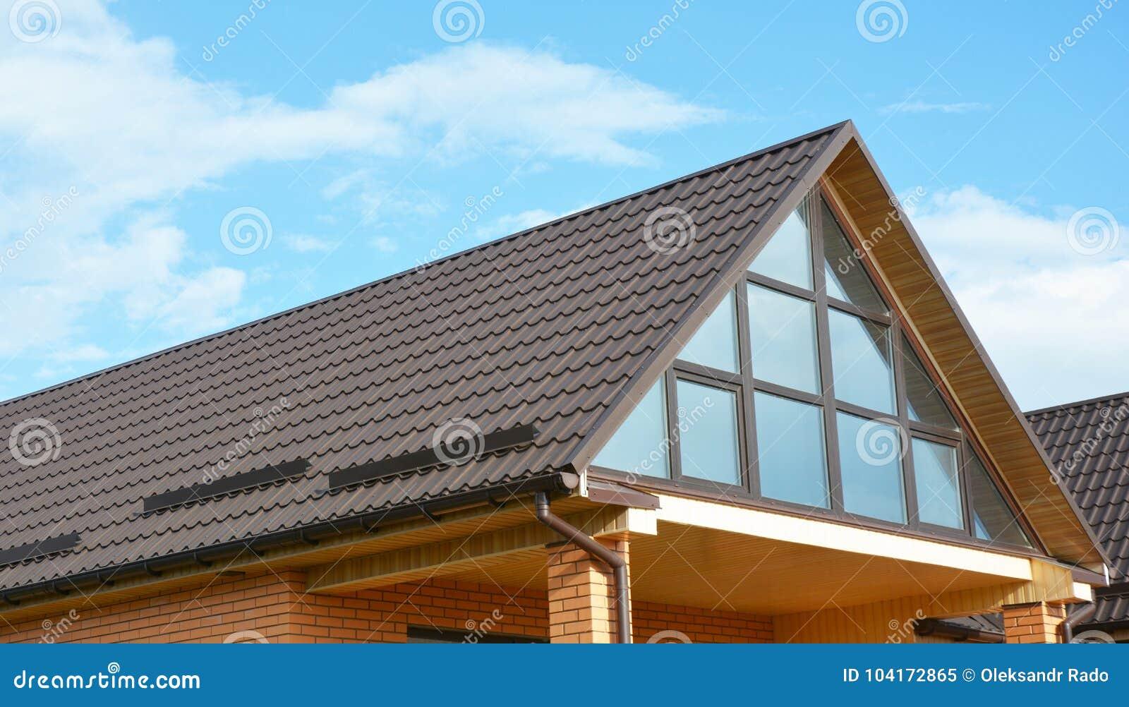Tunnel Solare A Parete parete della finestra del lucernario della soffitta