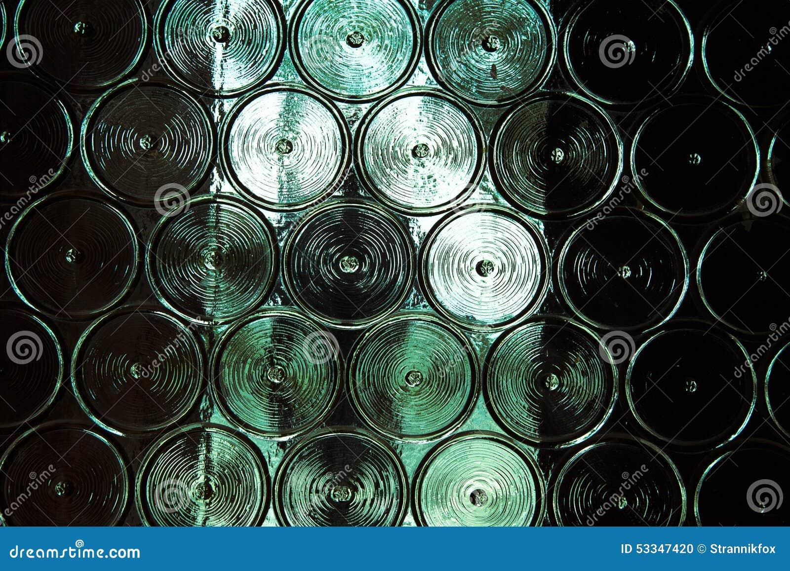Pareti Con Bottiglie Di Vetro : Parete delle bottiglie di vetro con qualcosa metall dietro