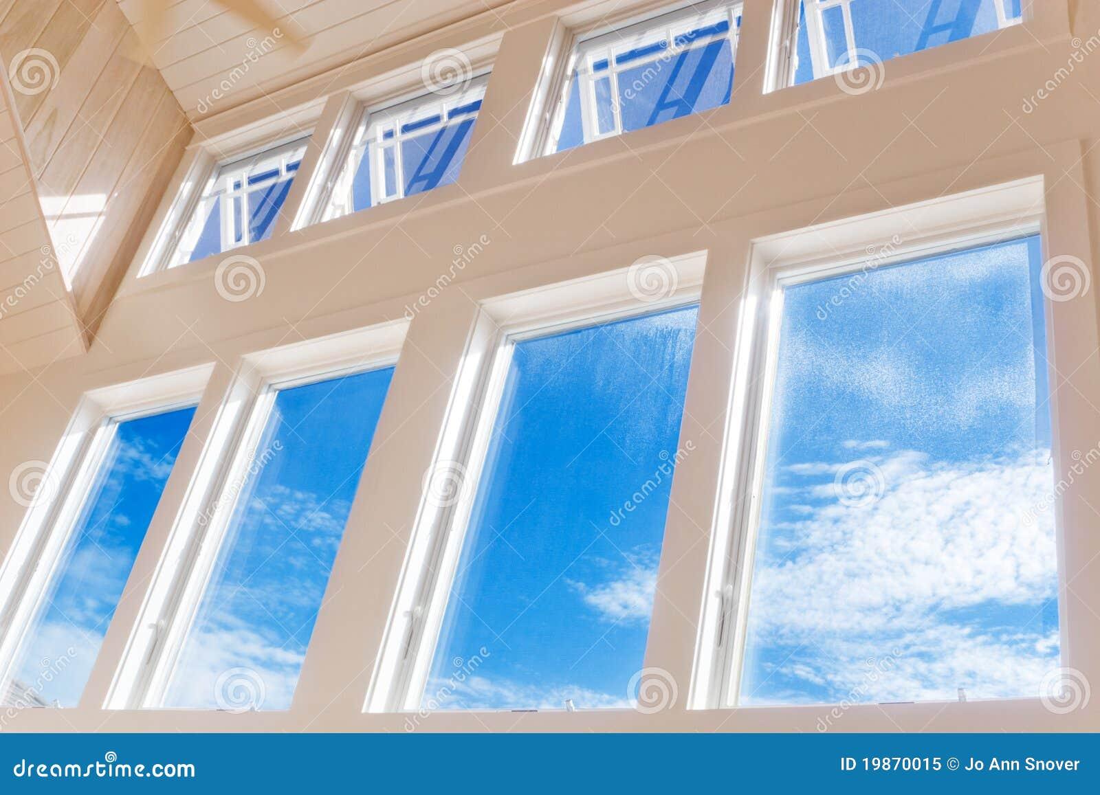 Parete delle finestre sul pomeriggio pieno di sole
