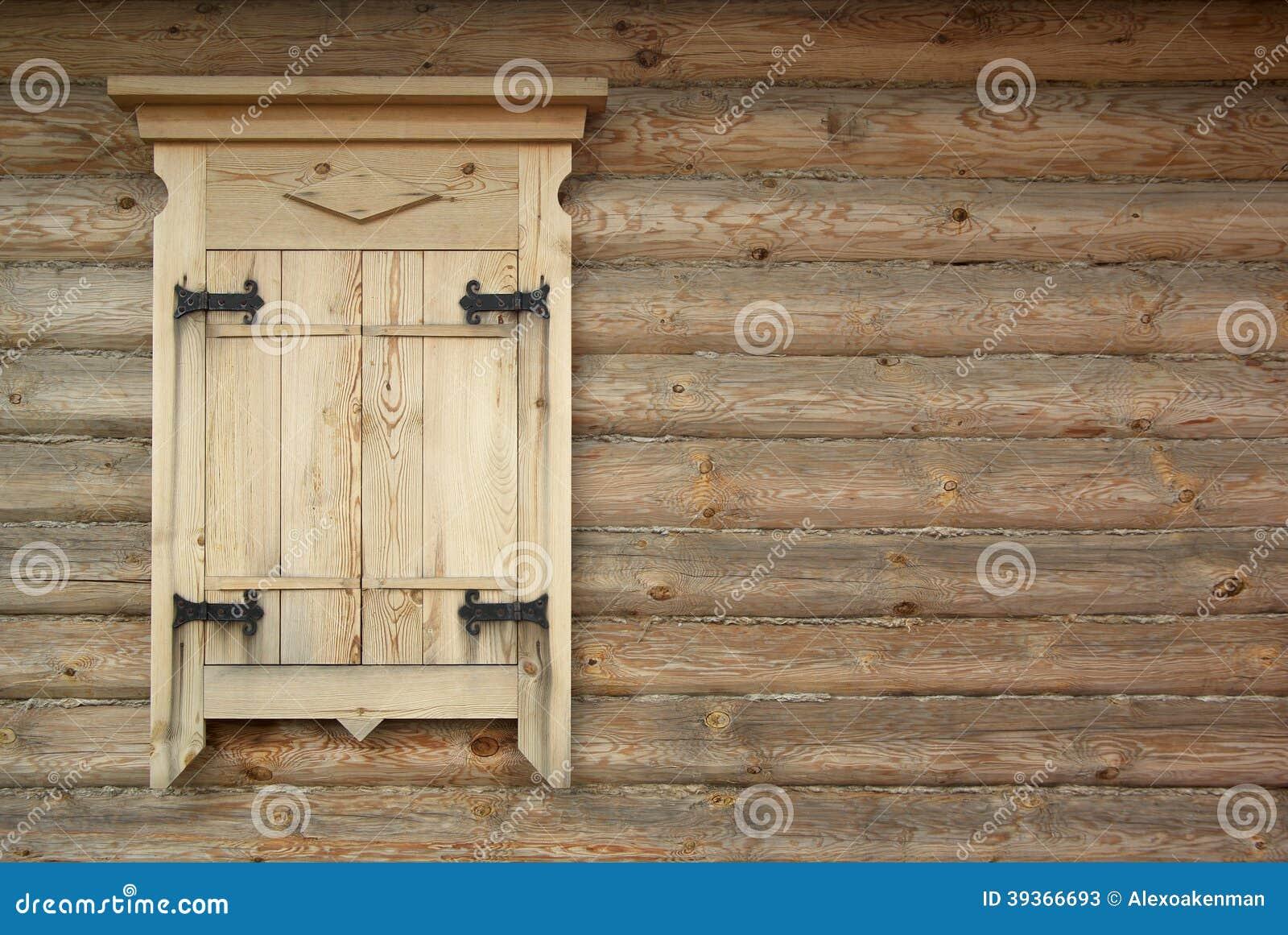 Parete di legno del ceppo con la finestra chiusa - Parete di legno ...