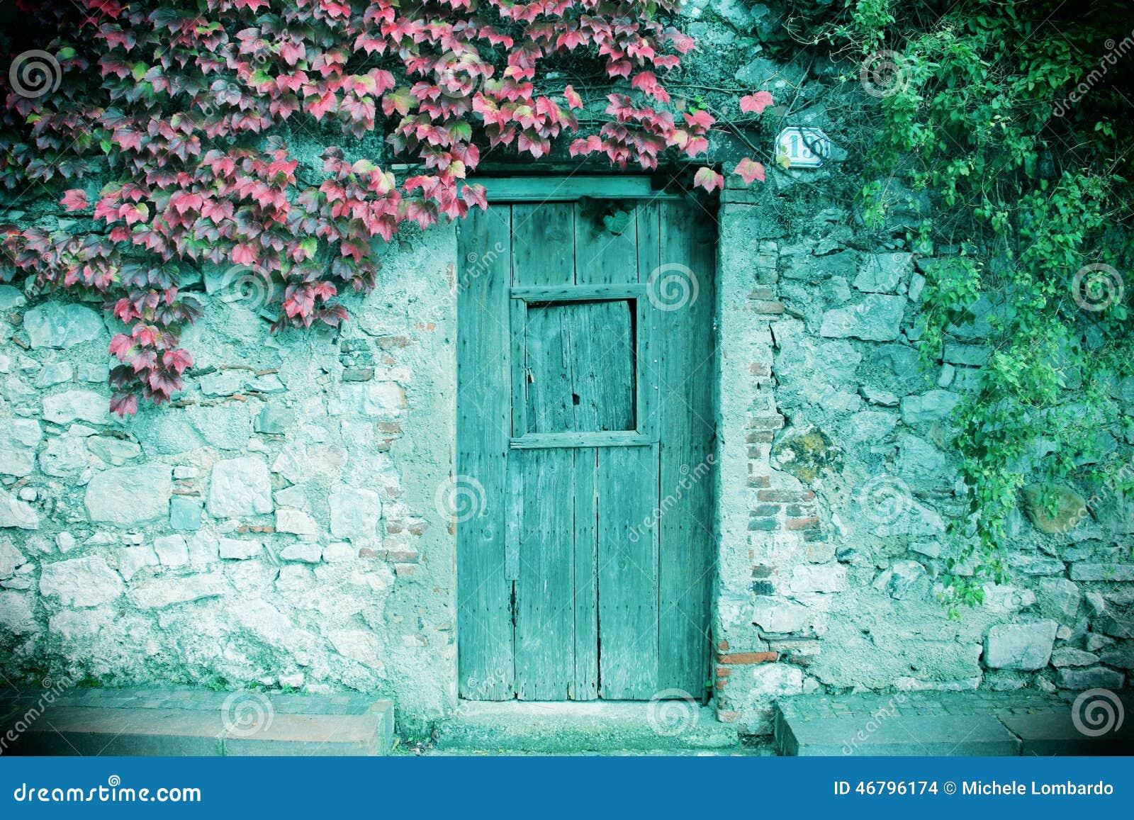 Parete Di Pietra Antica E Un A Porta Chiusa Di Legno