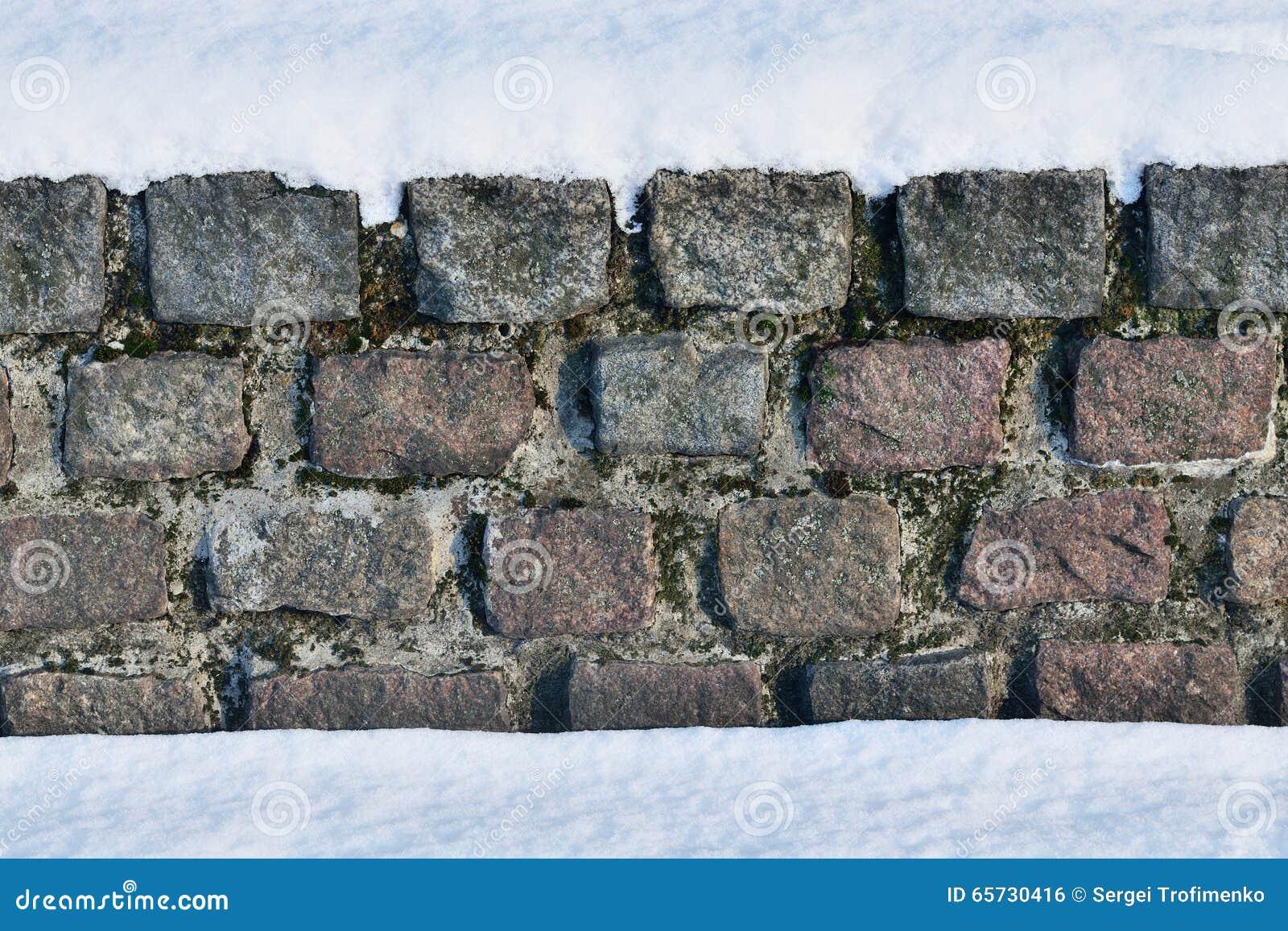 Parete di pietra antica nella neve fotografia stock - Parete di pietra ...