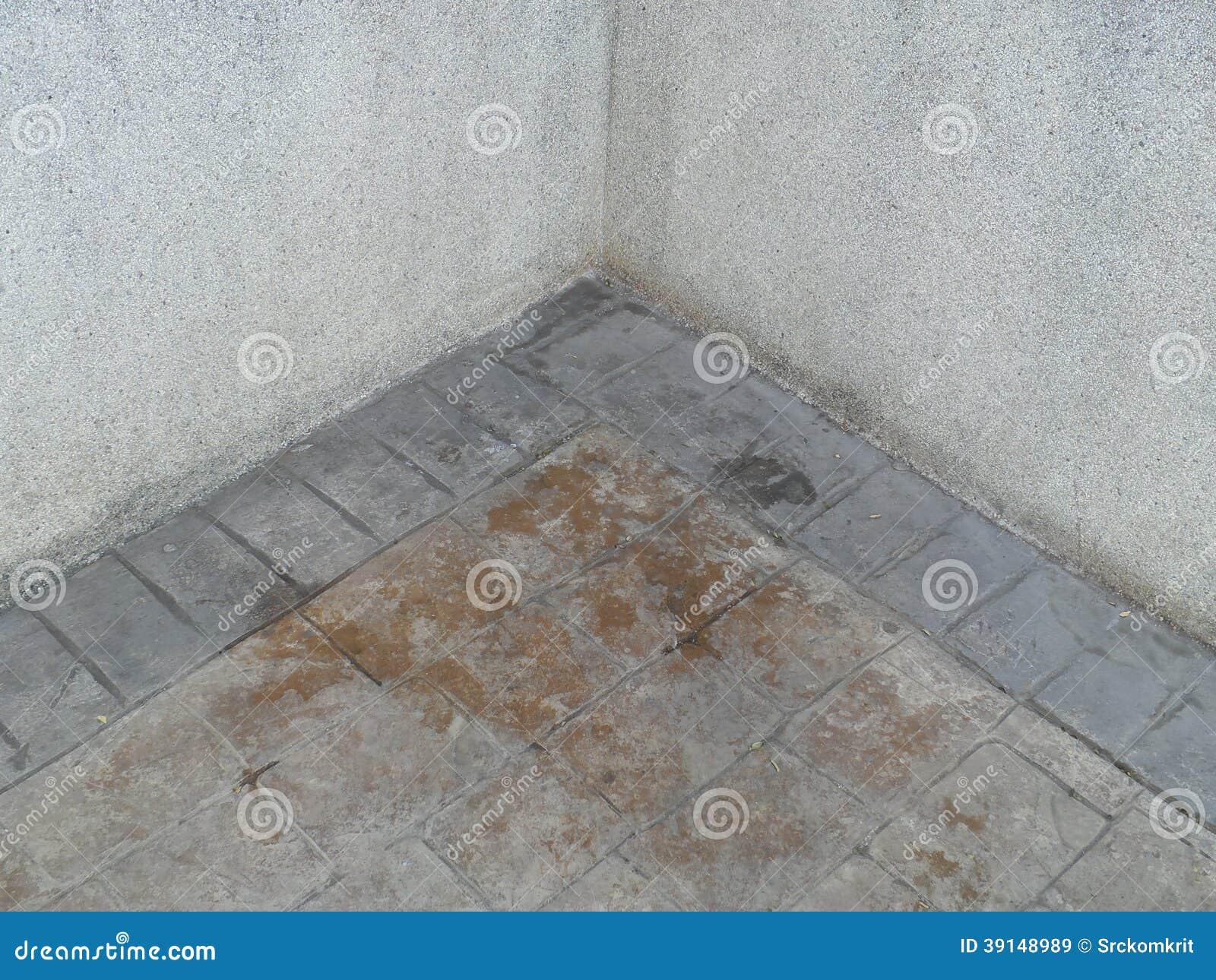 Parete di pietra del vecchio mattone al pavimento immagine for Costo del mattone da costruire