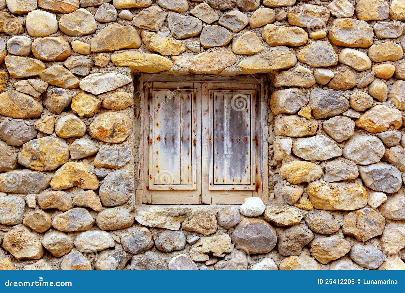 Parete di pietra della massoneria con la finestra di legno - Download er finestra ...