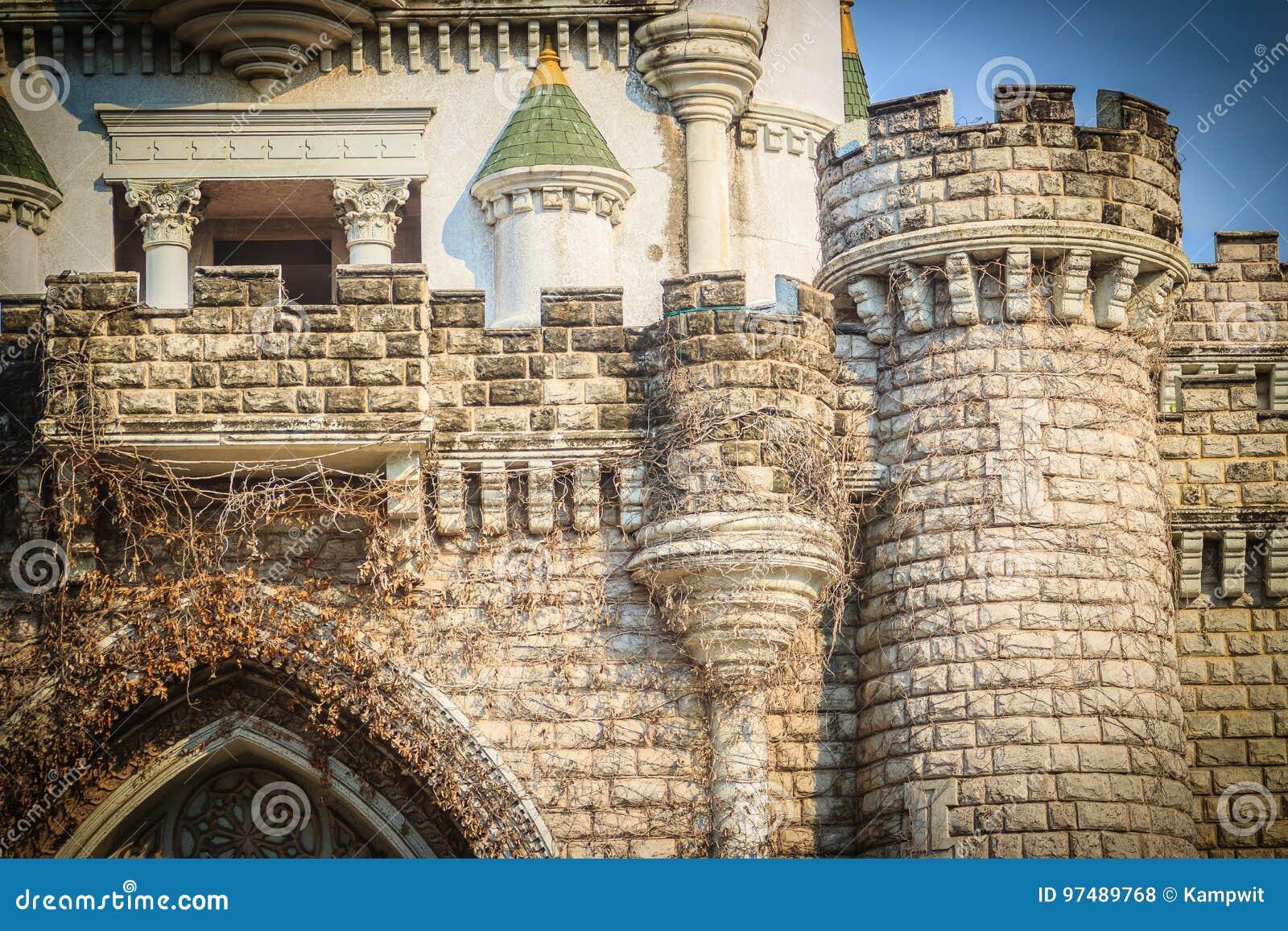 Parete di pietra di vecchia struttura del fondo del castello