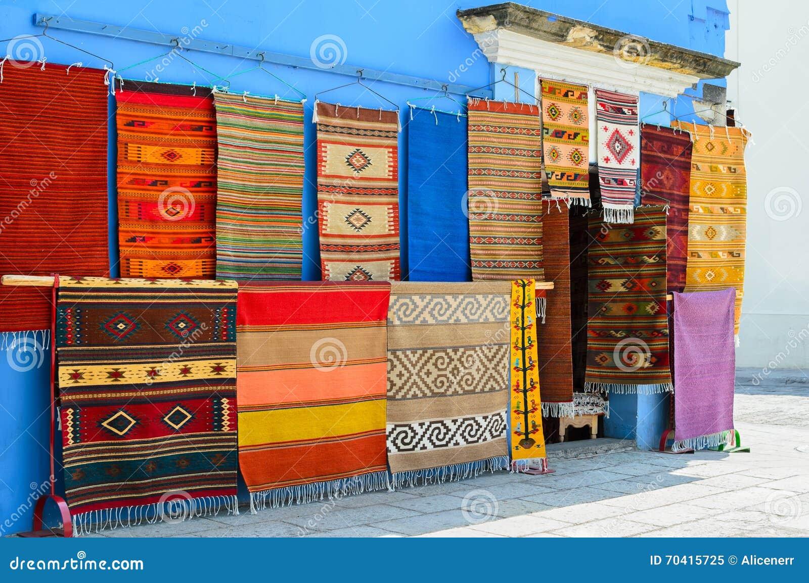 parete di un deposito locale con i tappeti fatti a mano
