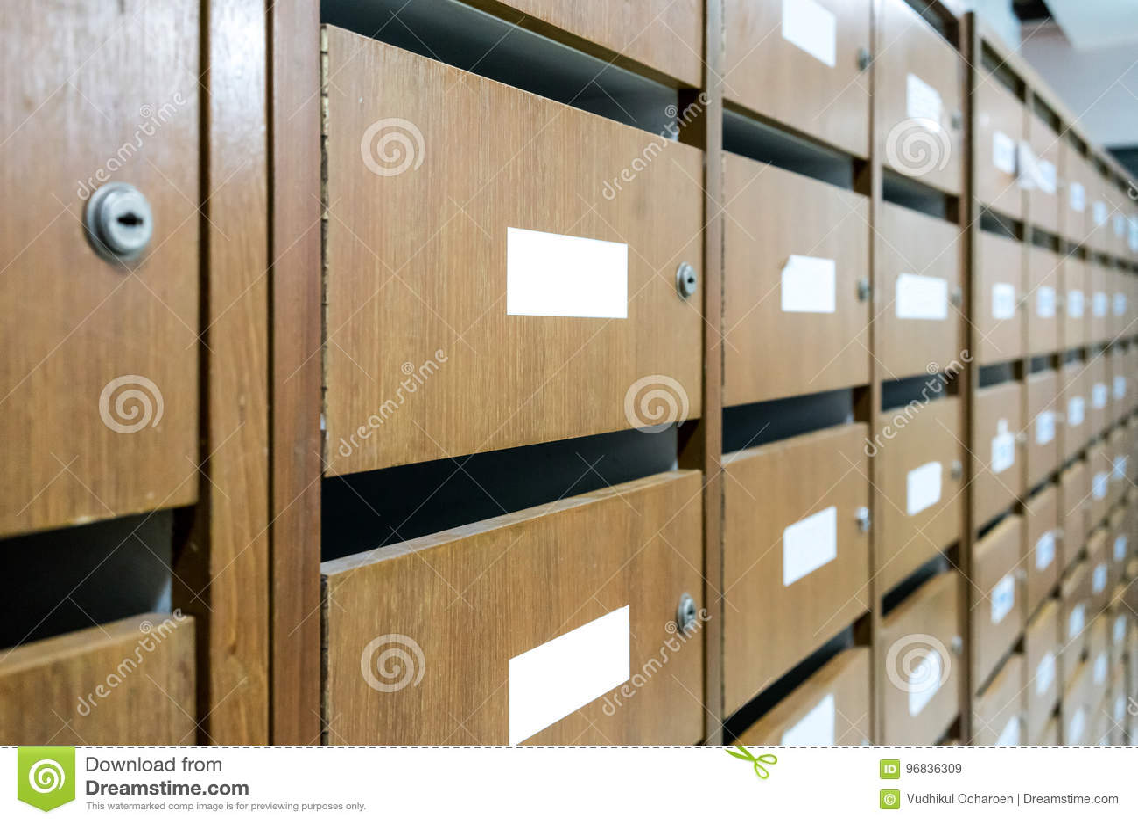 Parete di vecchi cassette delle lettere ed armadi postali di legno