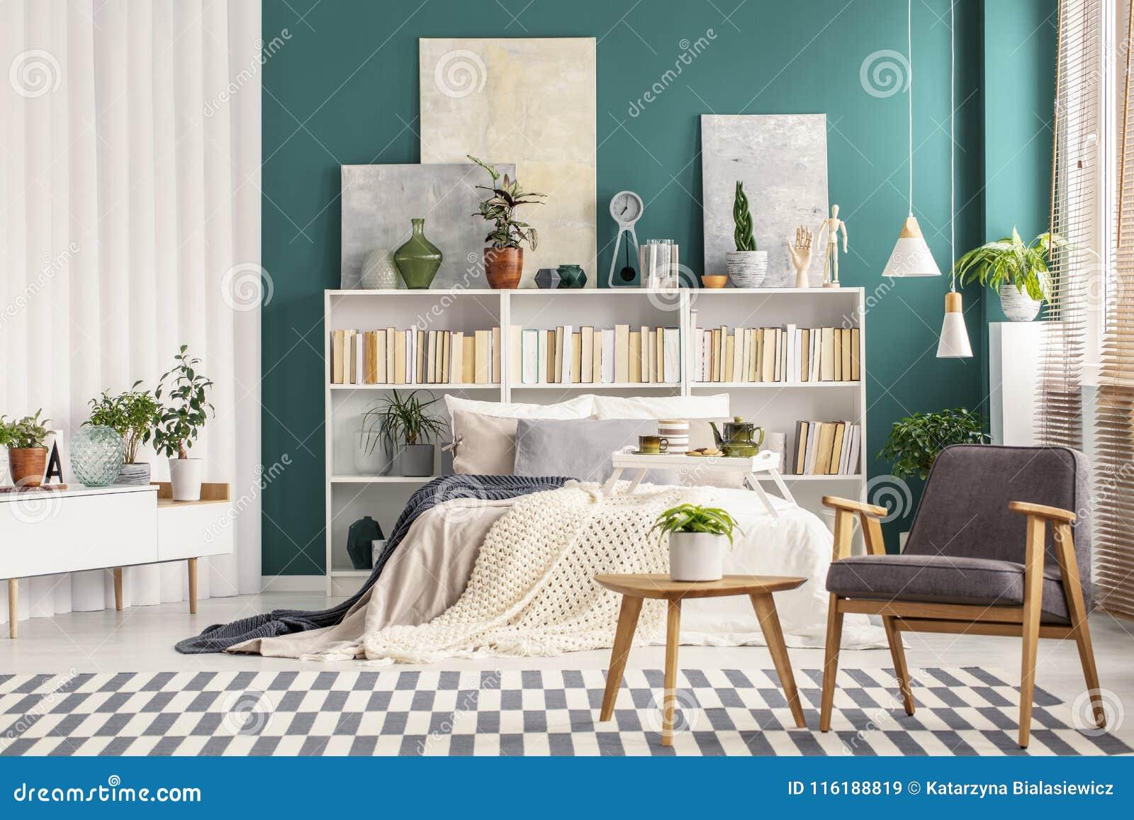 Camera Da Letto Verde Smeraldo : Parete di verde smeraldo in camera da letto immagine stock