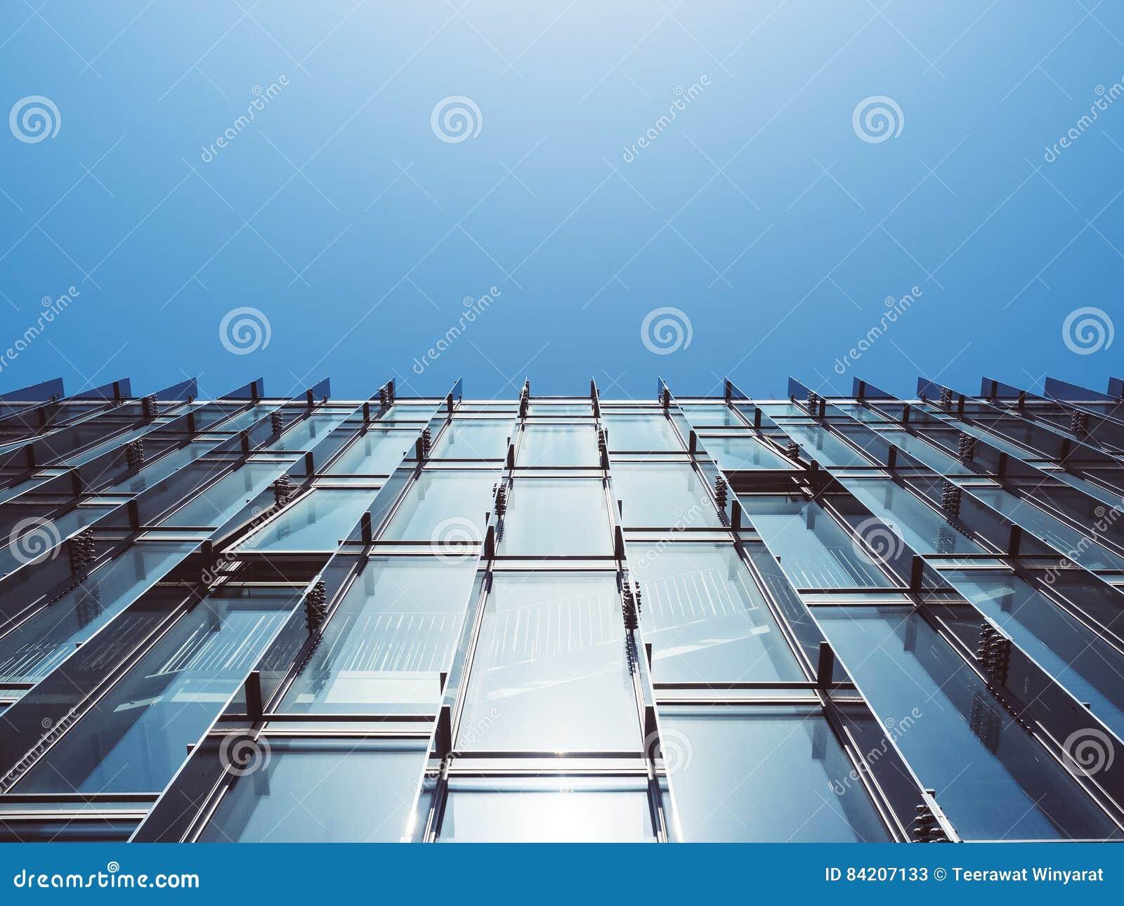 Parete di vetro di architettura moderna che sviluppa fondo astratto