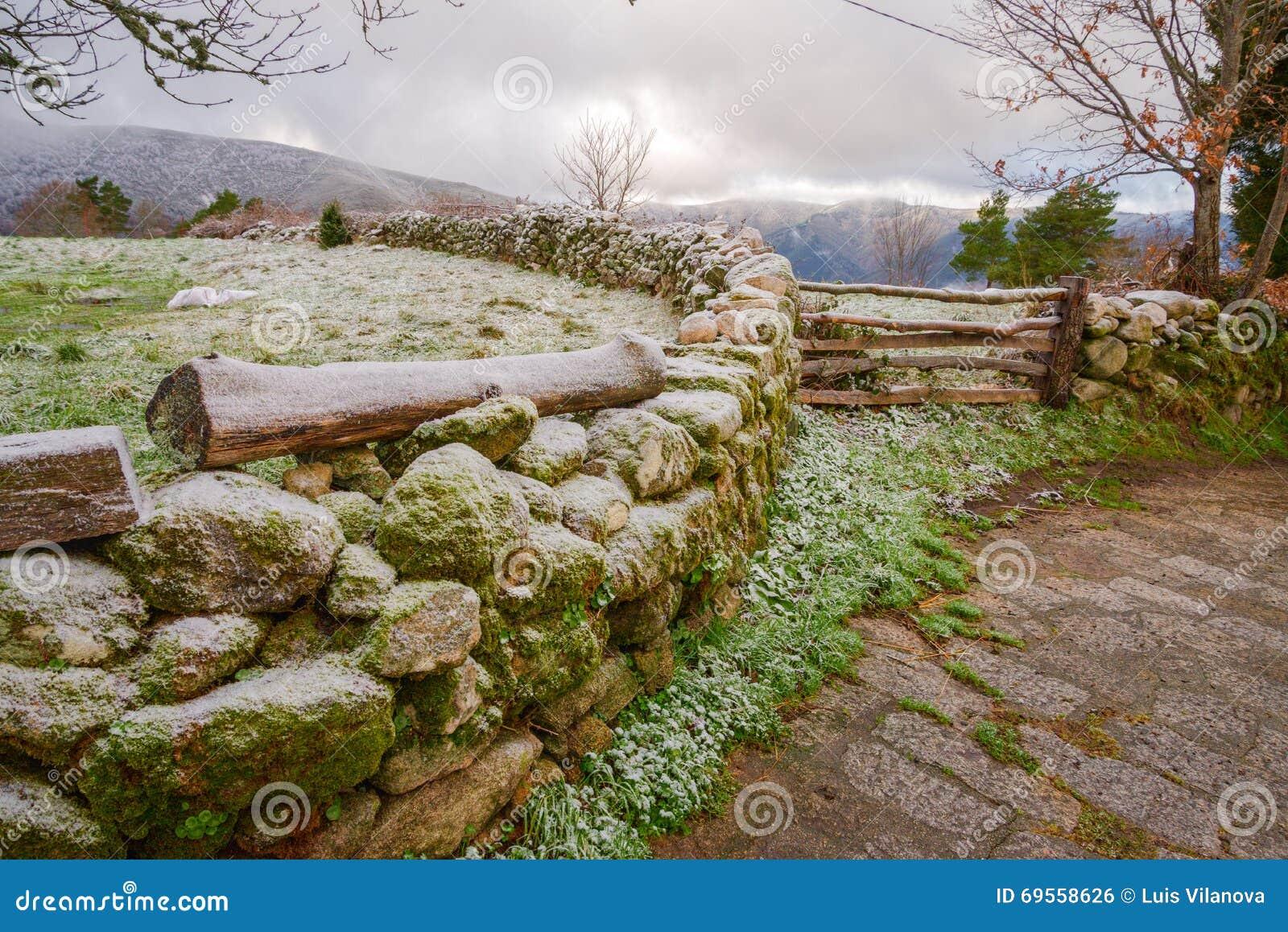 Parete e di legno di pietra quindi nell ambito del gelo