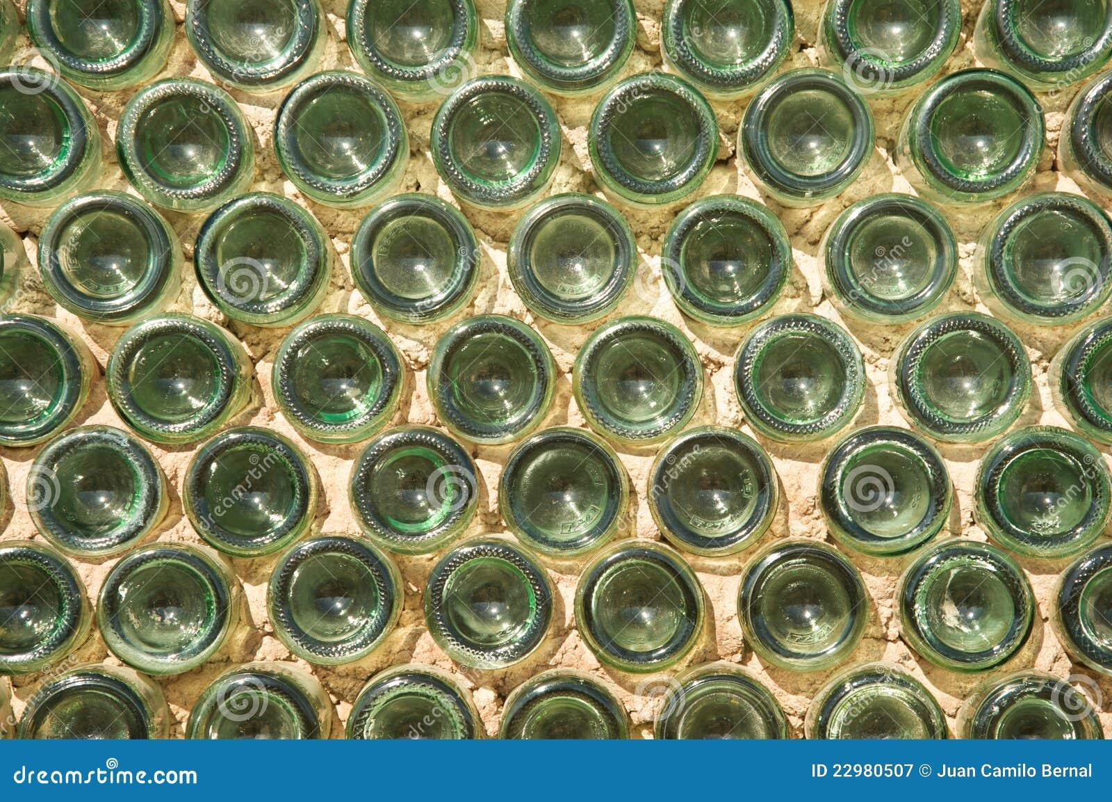 Pareti Con Bottiglie Di Vetro : Parete fatta con le bottiglie di vetro verdi immagine stock