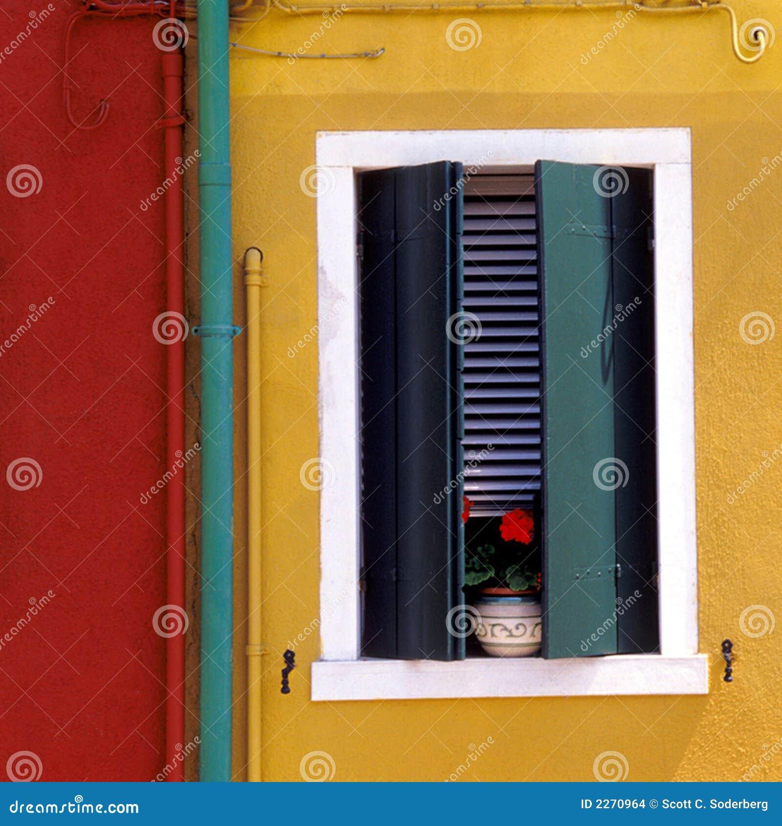 Parete Bordeaux E Gialla : Parete gialla e rossa europea immagini stock immagine