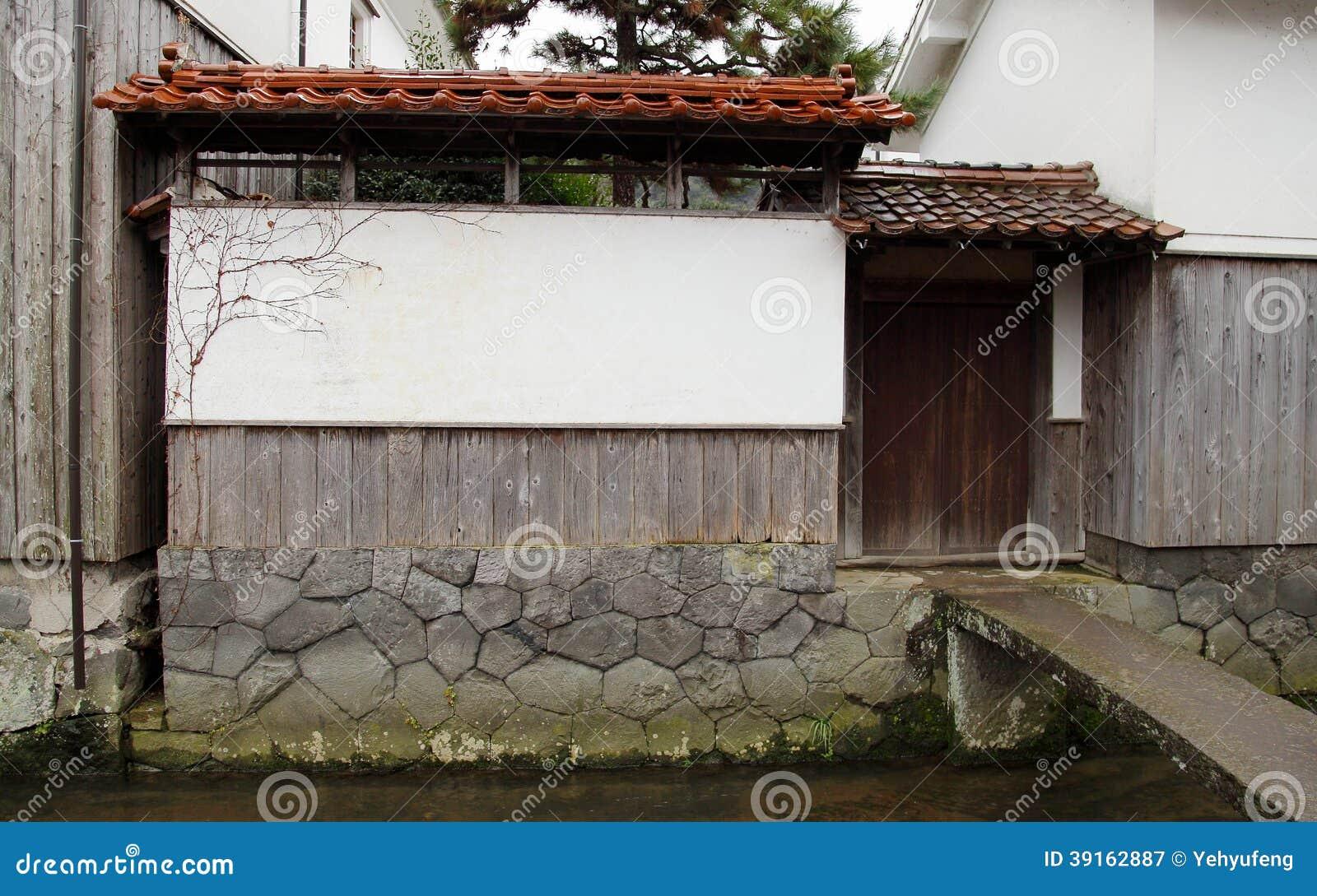Parete Dacqua In Casa : Parete giapponese della casa con la porta accanto alla corrente