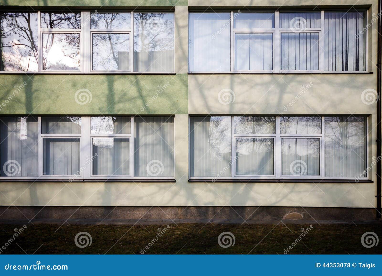 Parete moderna con alcune finestre