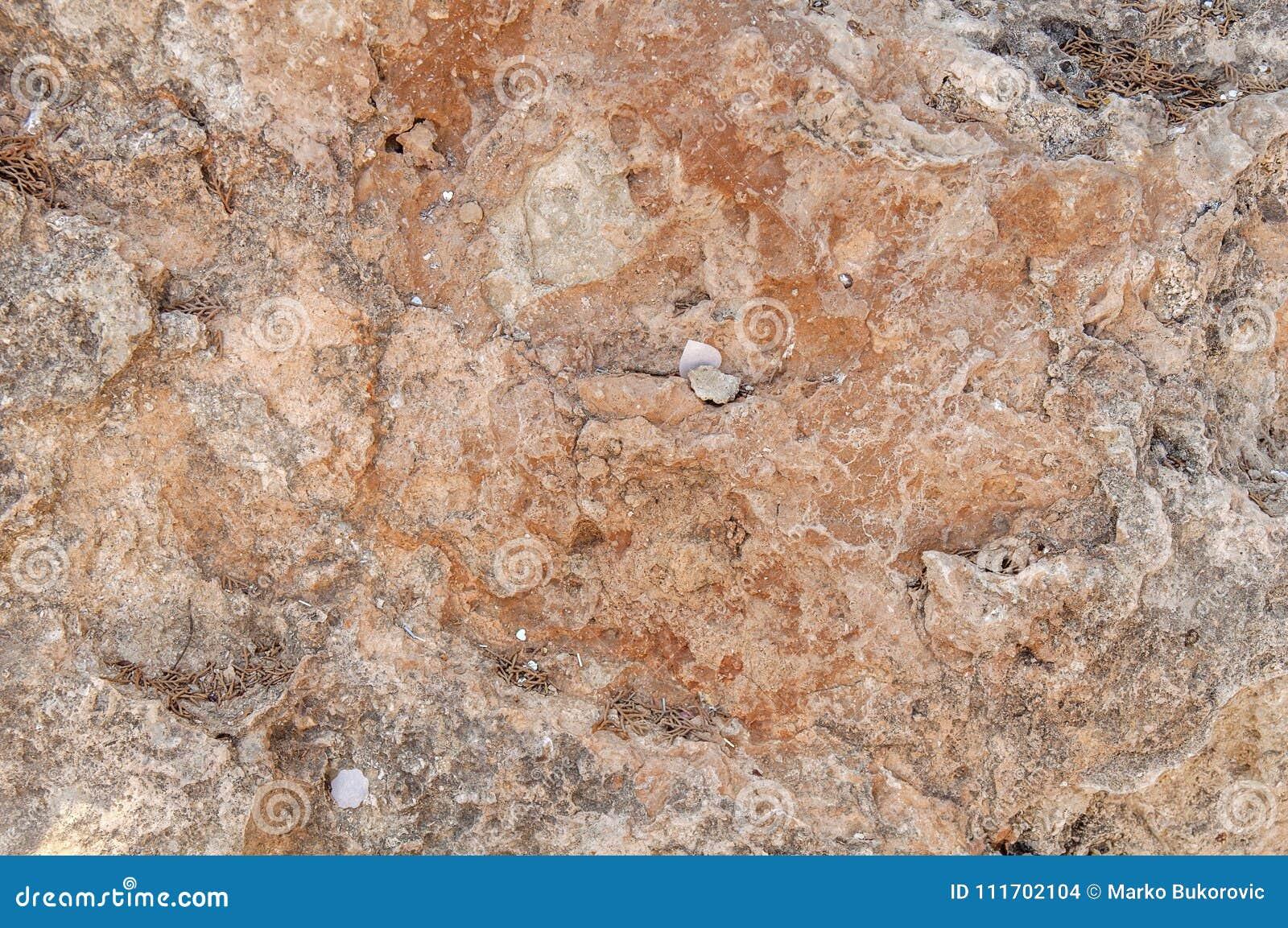 Parete naturale di struttura della scogliera rossa e grigia della montagna rocciosa