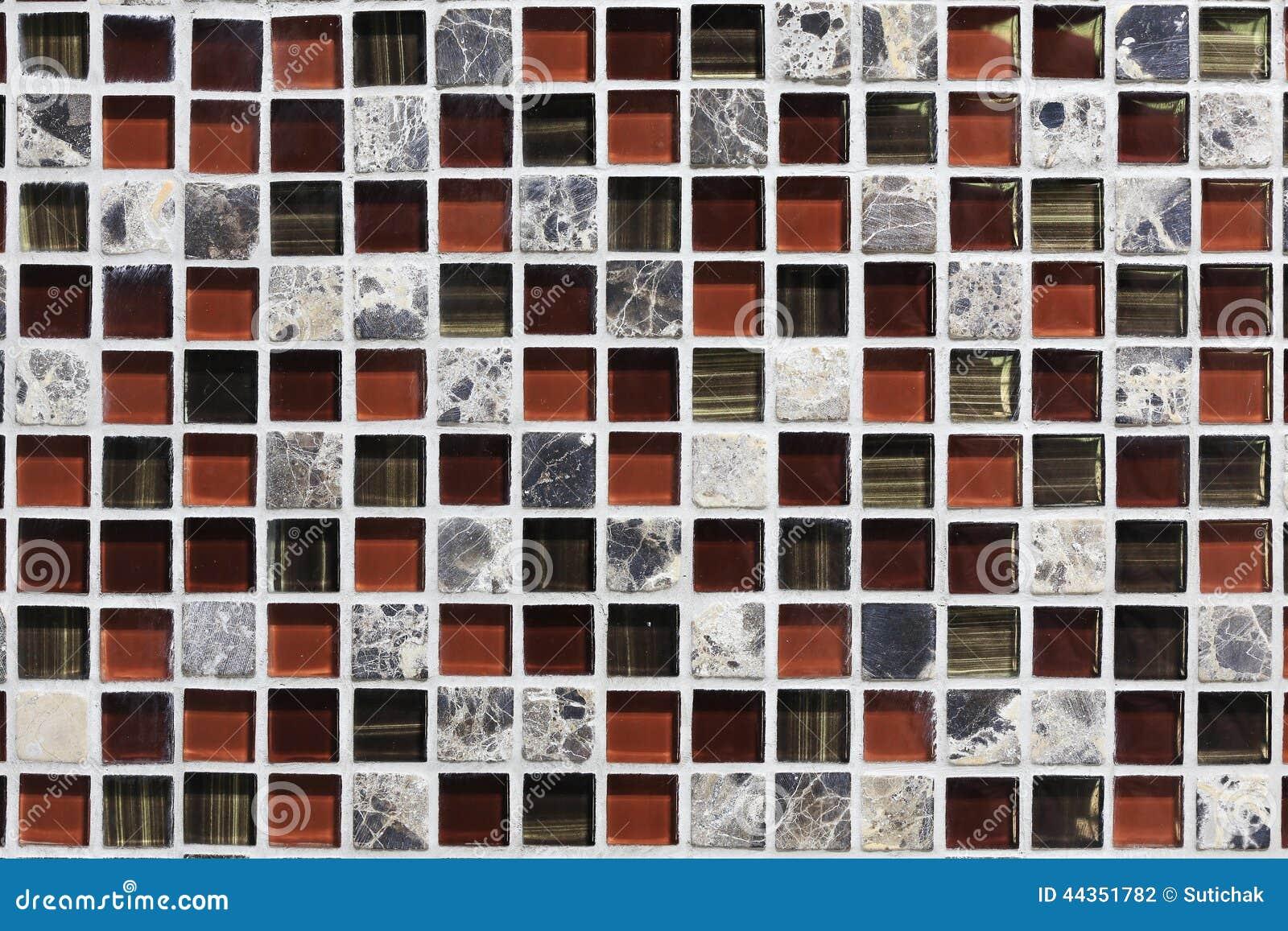 Parete ornamentale e pavimento delle mattonelle quadrate