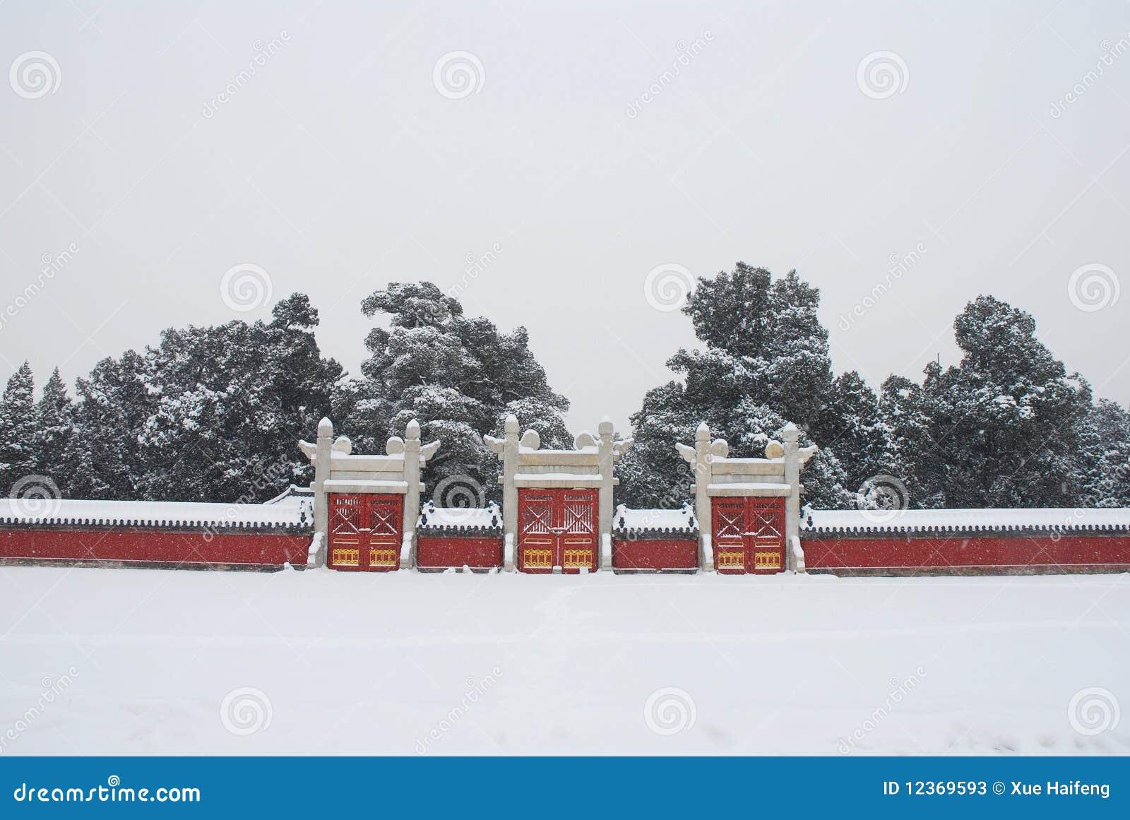 Parete rossa immagine stock. Immagine di storico, foresta - 12369593