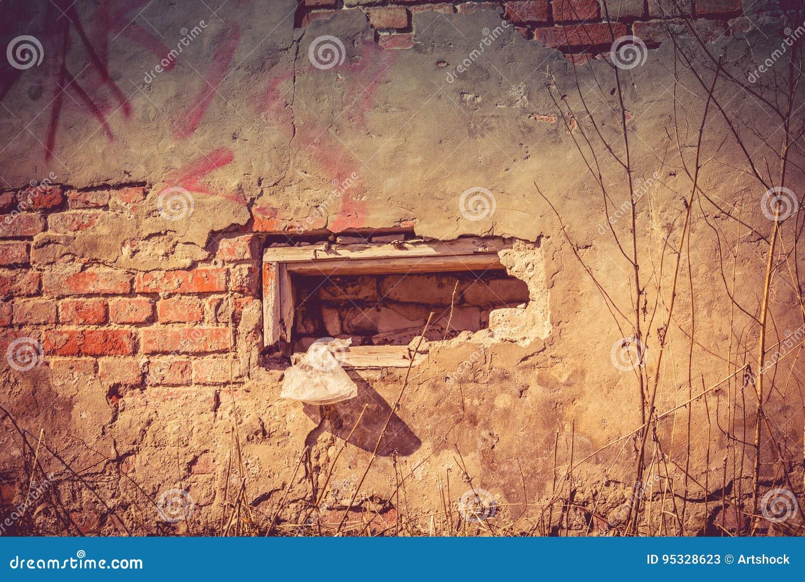 Parete rotta della casa con mattoni a vista filtrata for Casa vittoriana in mattoni