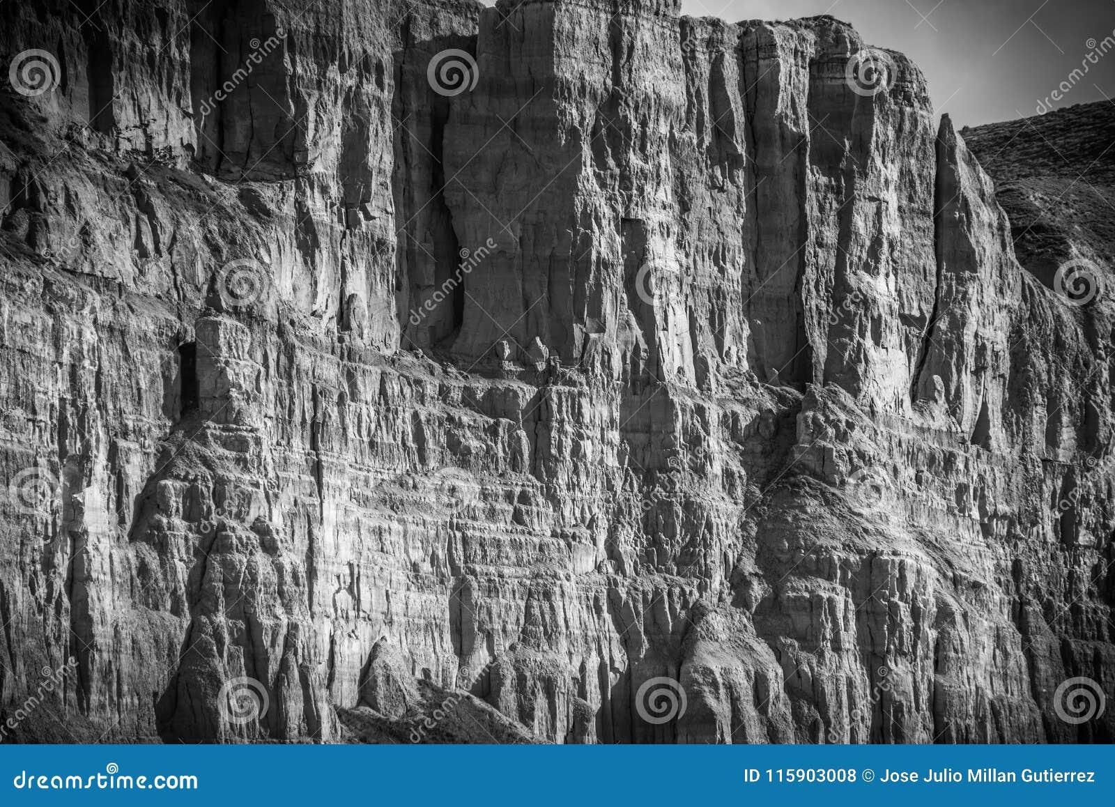 Pareti verticali accanto al fiume Escursione, brusca