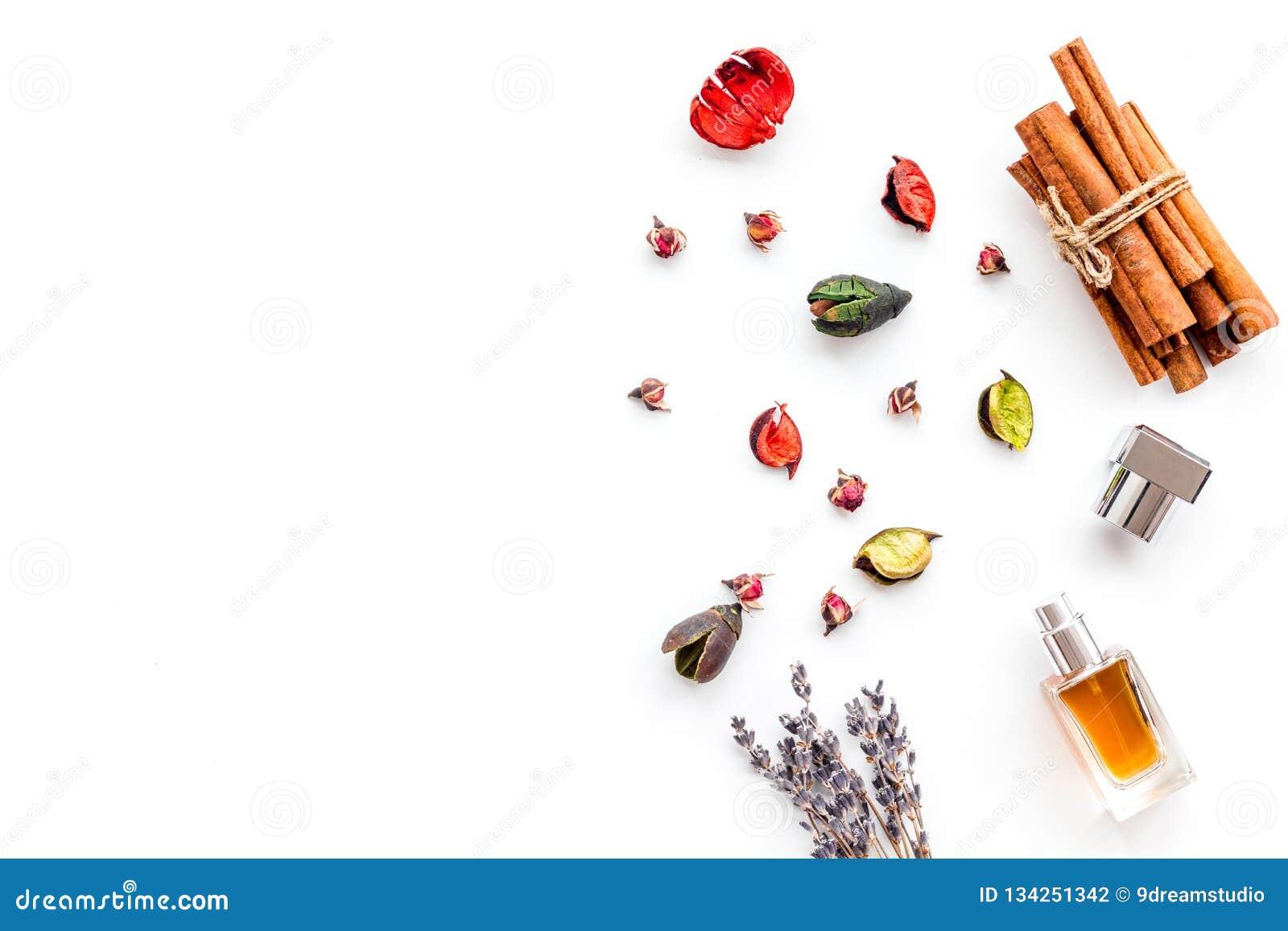 Parfüm mit hellem fruchtigem, Blumen-, würzigem Duft Bestandteile für Parfüm Flasche Parfüm nahe trockenen Blumen