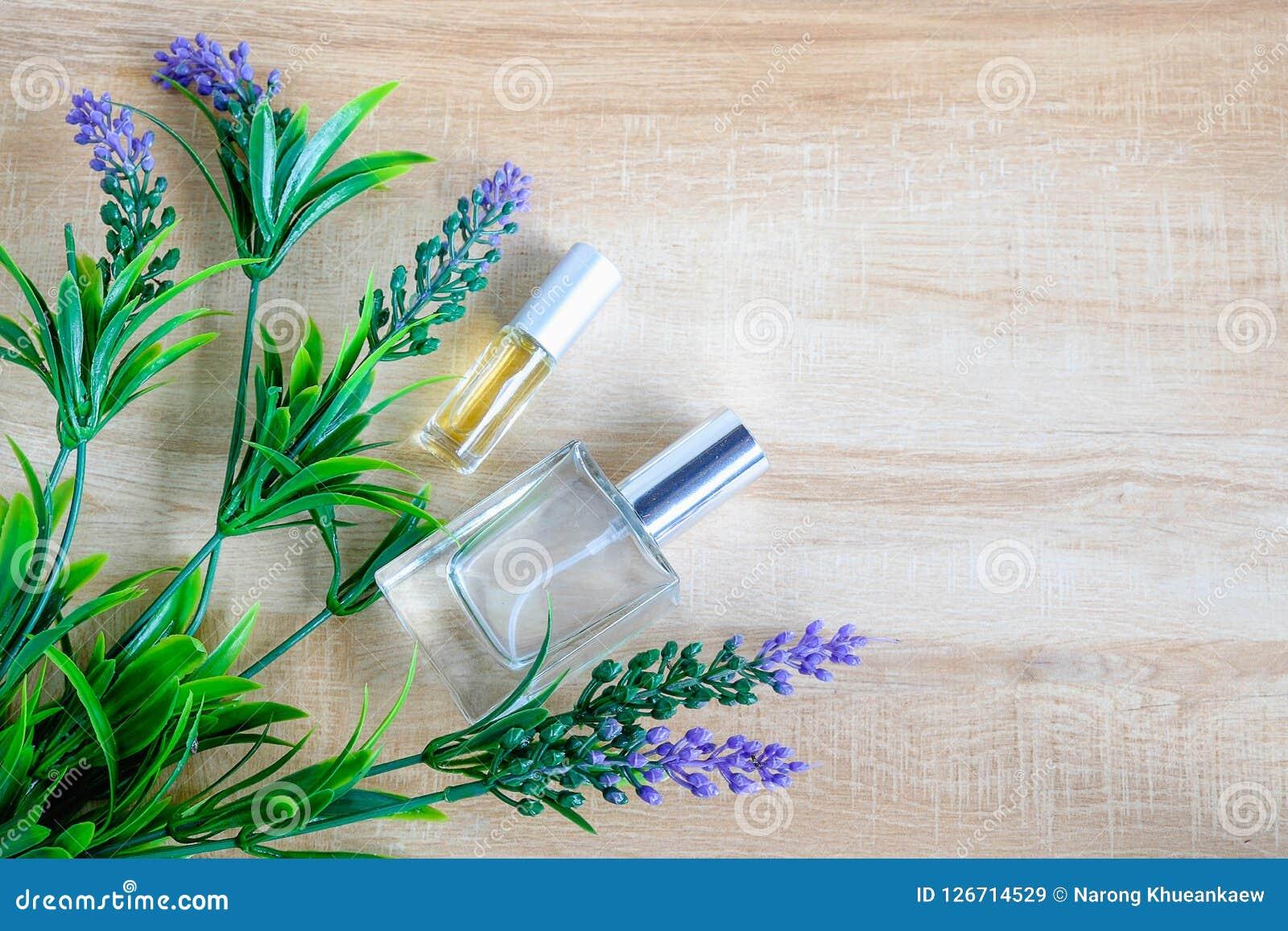 Parfümflasche und purpurrote Blume