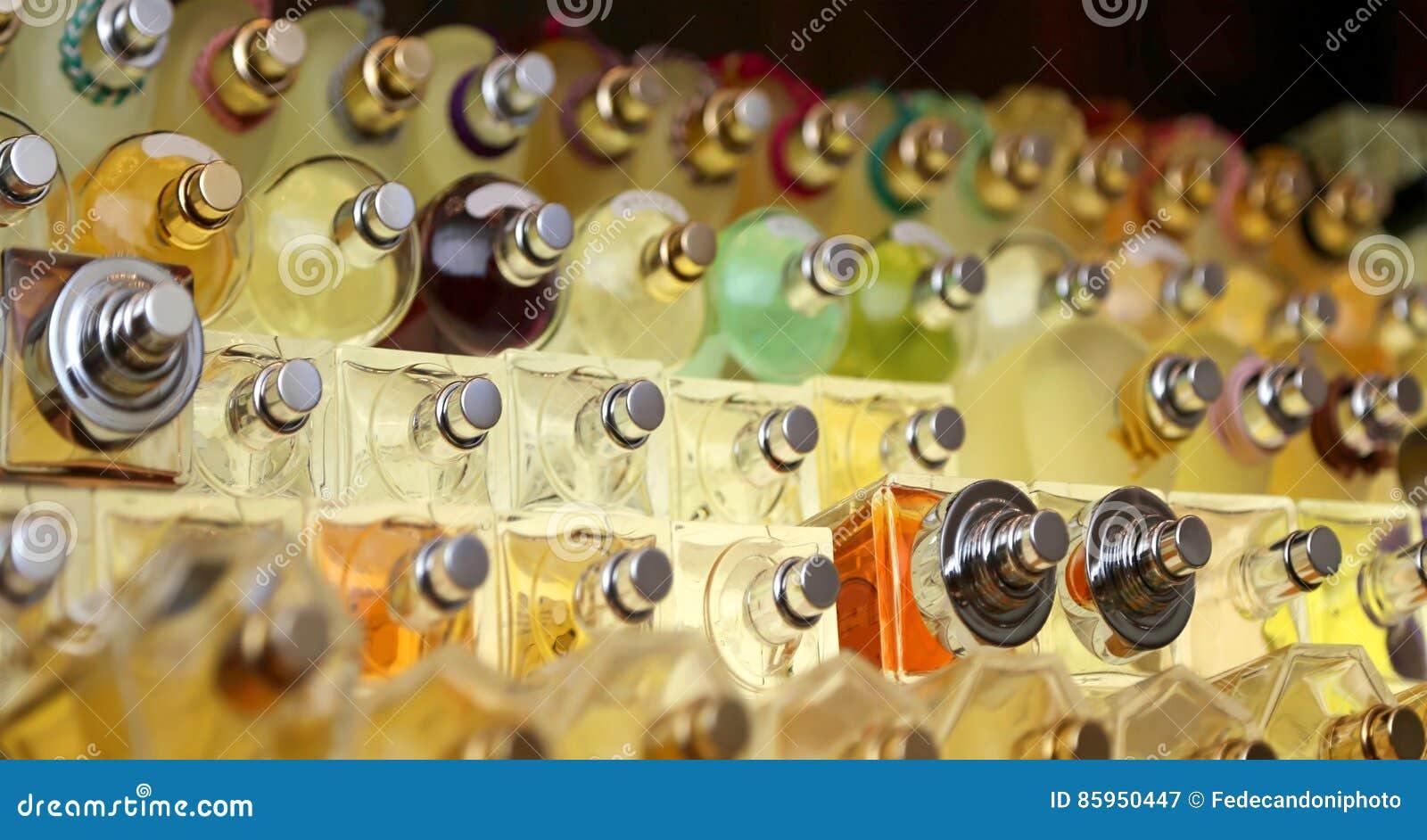 Parfümflaschen in der Firma, die Parfüme und Duft macht