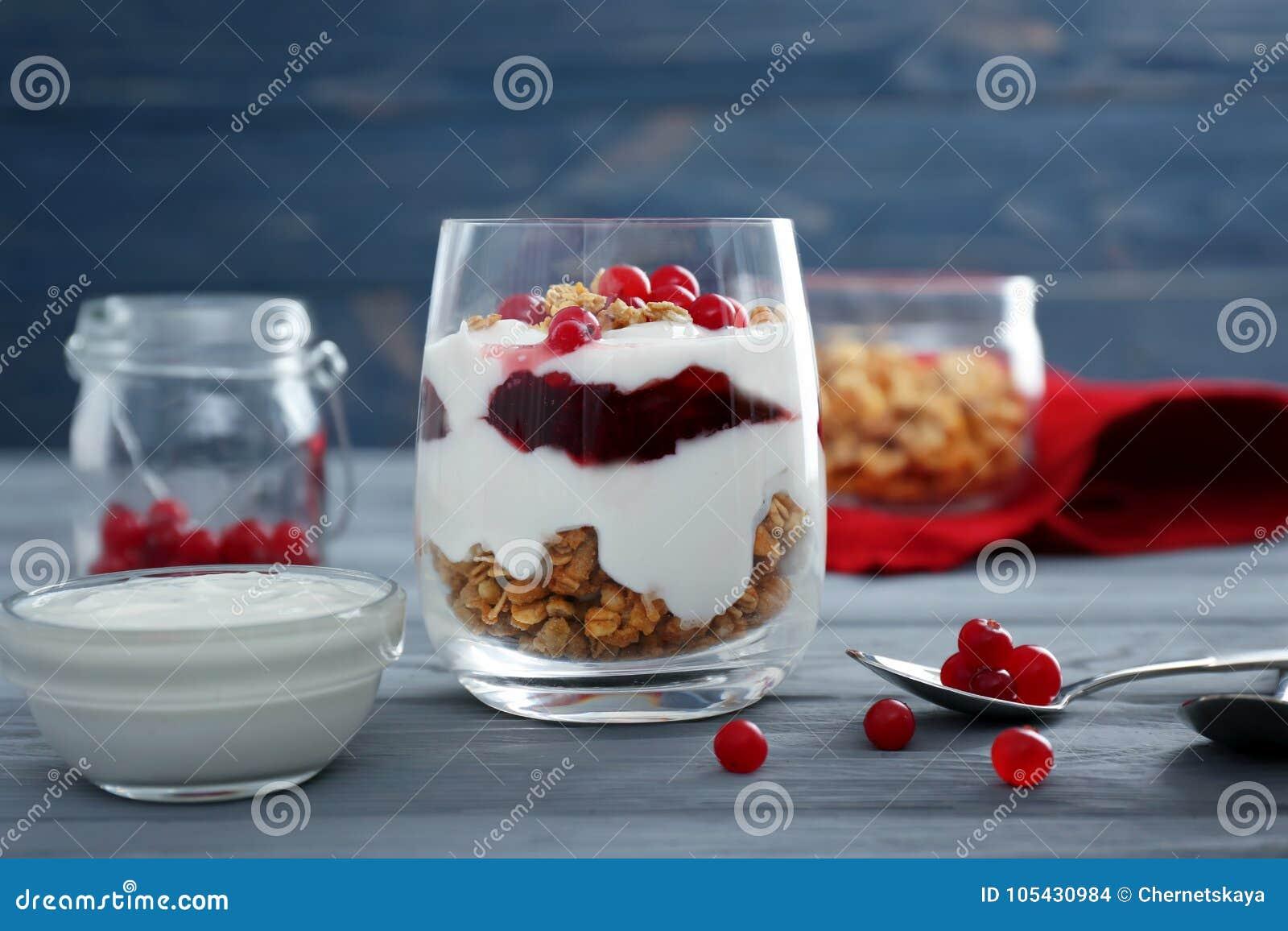 Parfait natural delicioso do iogurte com bagas e granola
