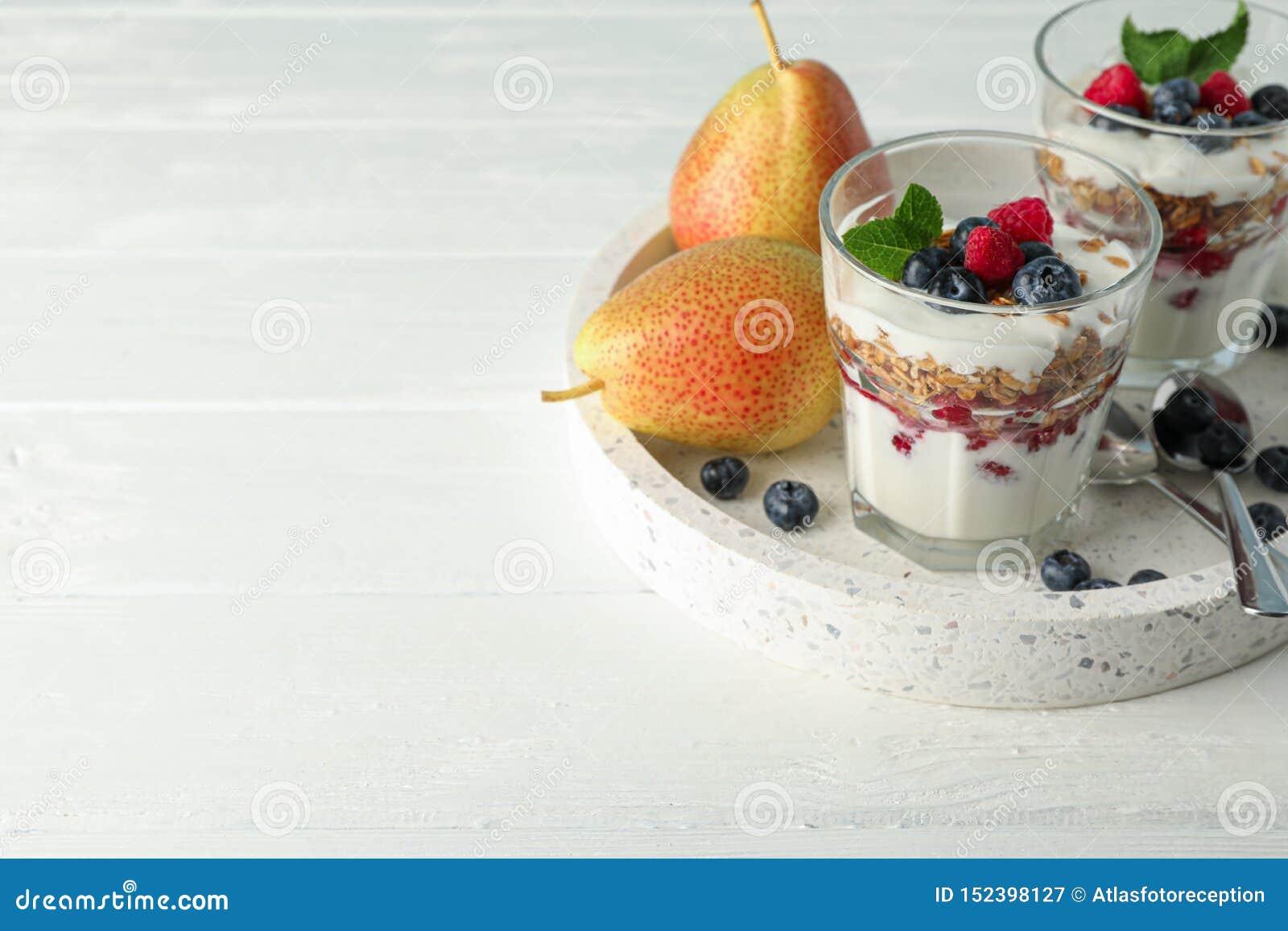 Parfaits en peren op witte houten lijst