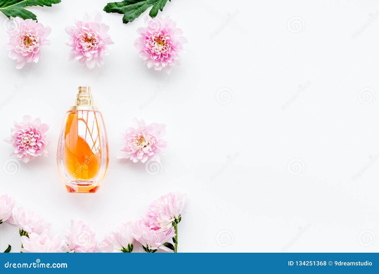 Parfum Floral Pour Des Femmes Bouteille De Parfum Près Des Fleurs