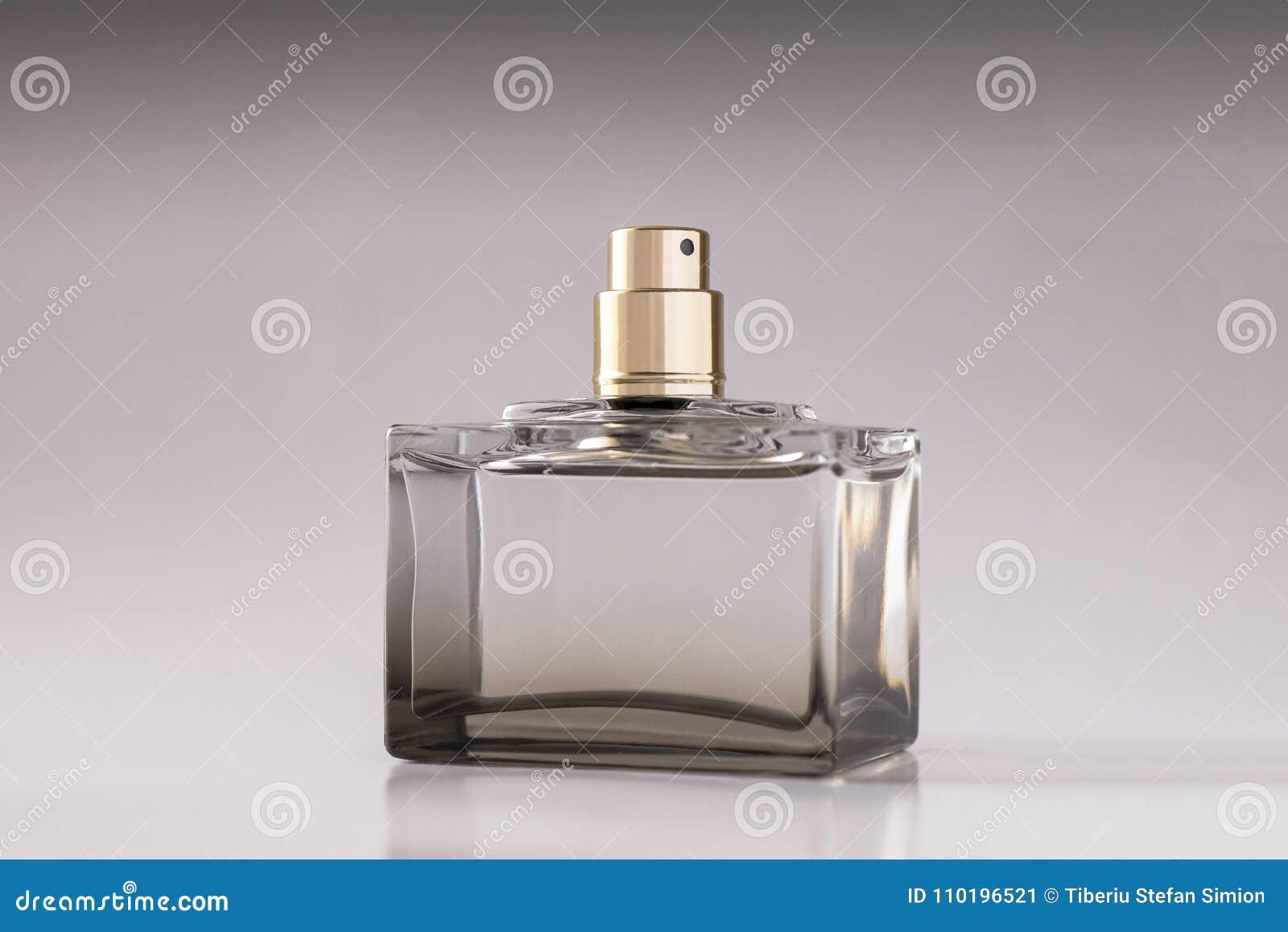 Parfume unisex su fondo bianco