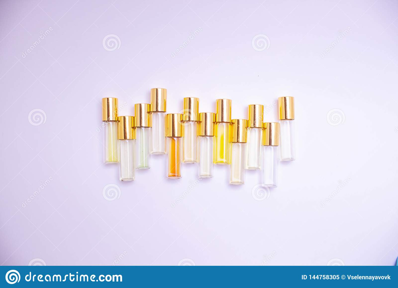 Parfymera exponeringsglastestersm? medicinflaskor av olika sorter p? ljus bakgrund Doftpr?vkopia