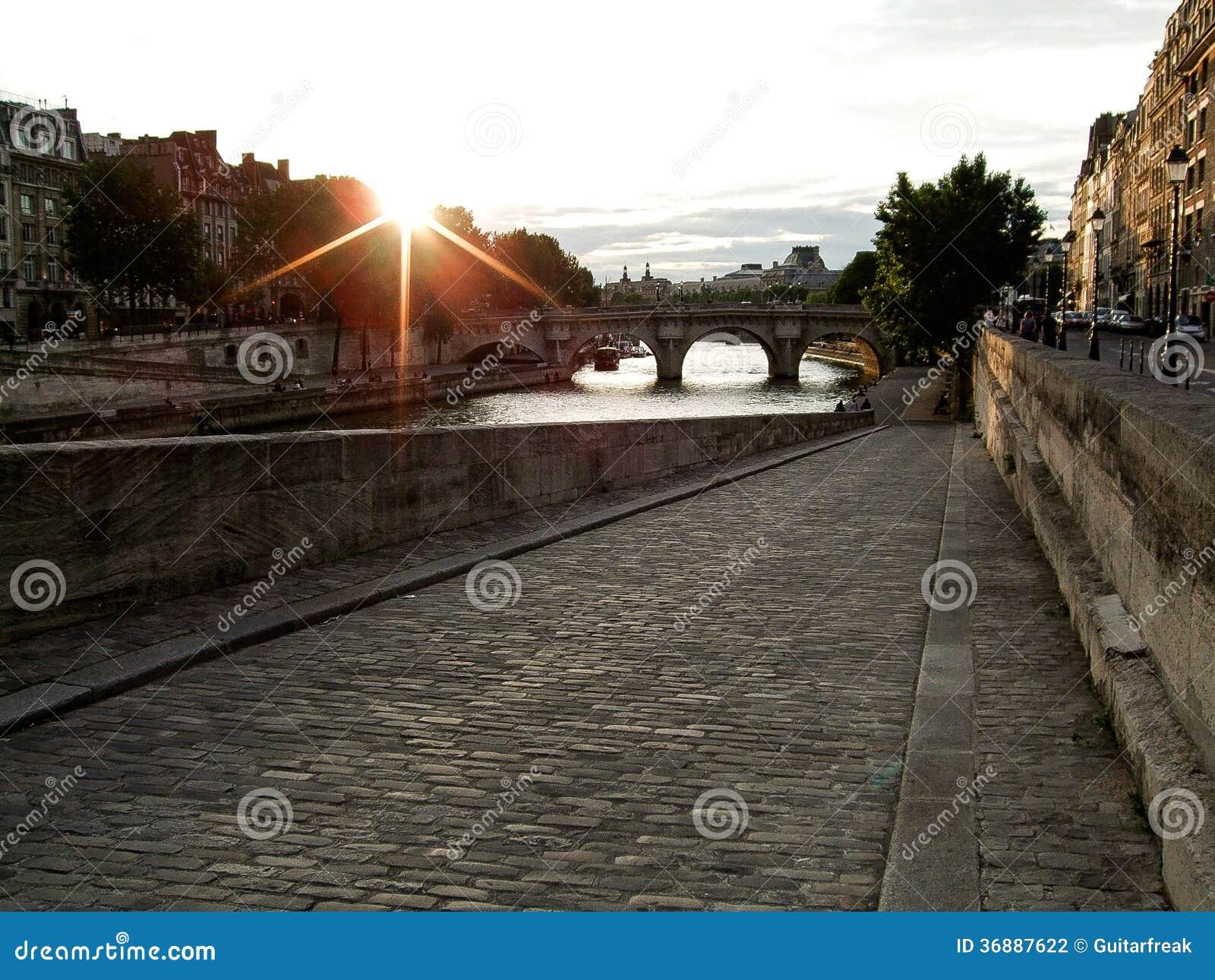 Download Parigi ad alba fotografia stock. Immagine di alba, passerella - 36887622