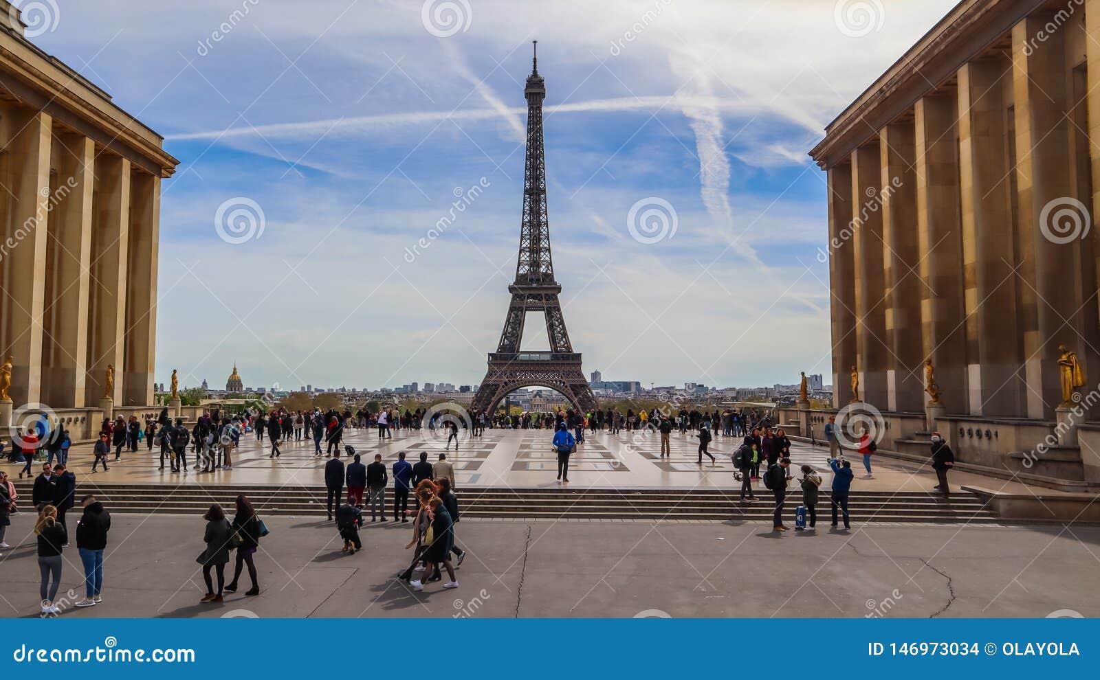 Parigi/Francia - 5 aprile 2019: Bella vista della torre Eiffel e del paesaggio urbano da Trocadero La gente a spazzare plaza del