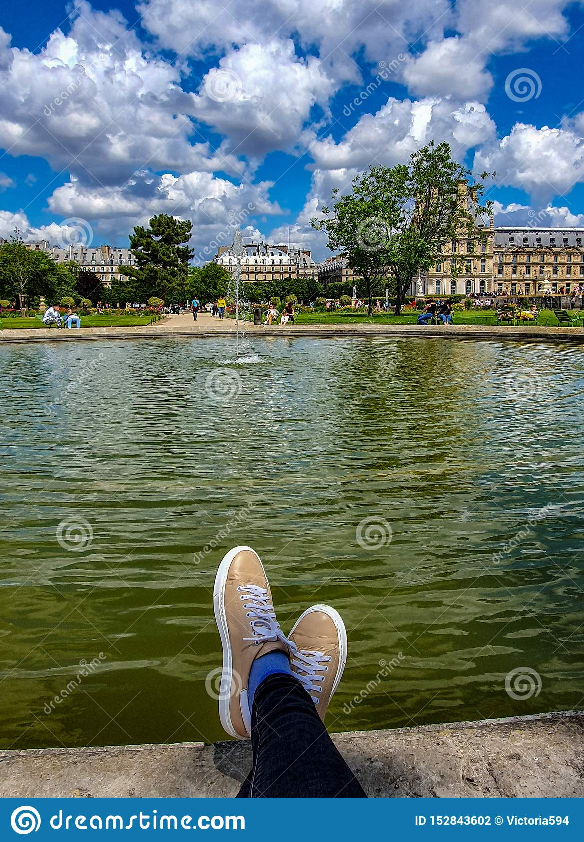 Parigi, Francia, giugno 2019: Rilassandosi nel giardino di Tuileries