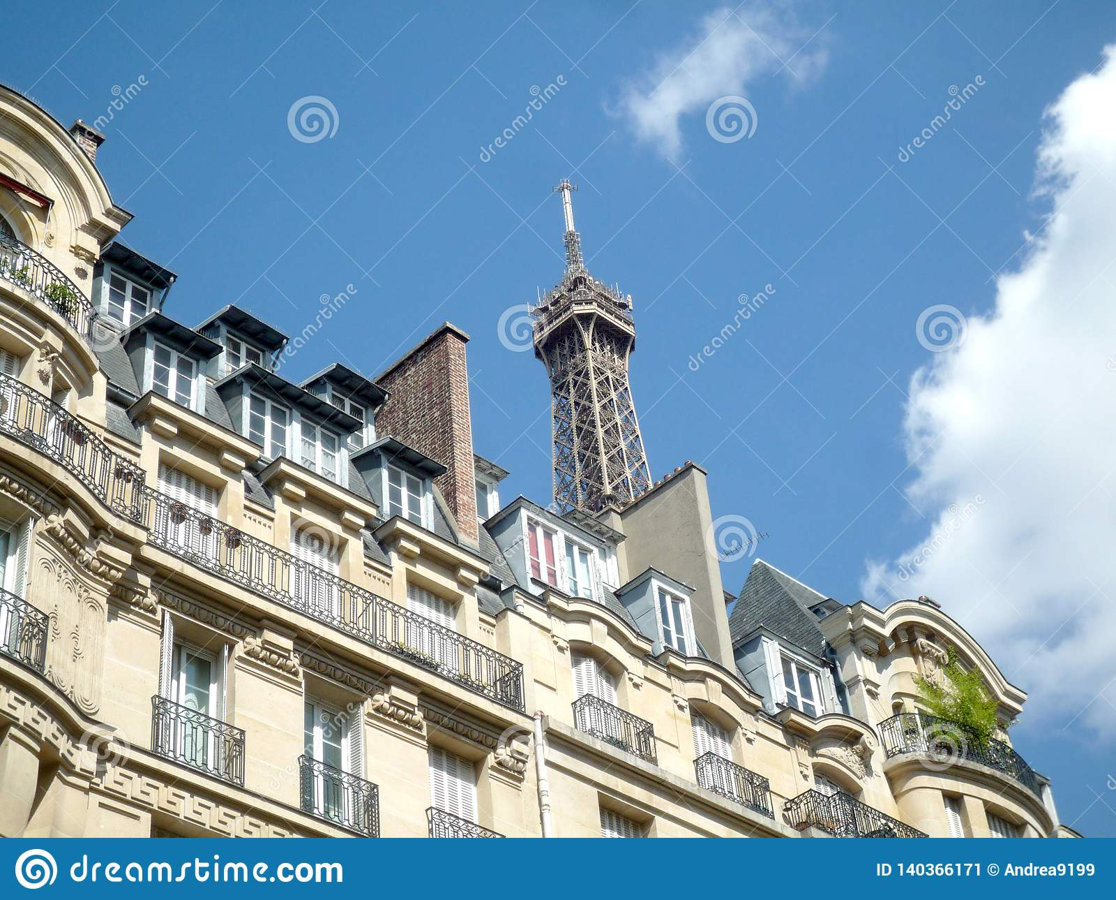 Parigi, Francia, il 17 agosto 2018: vista sulla cima del giro Eiffel in un giorno soleggiato con lo spazio della copia