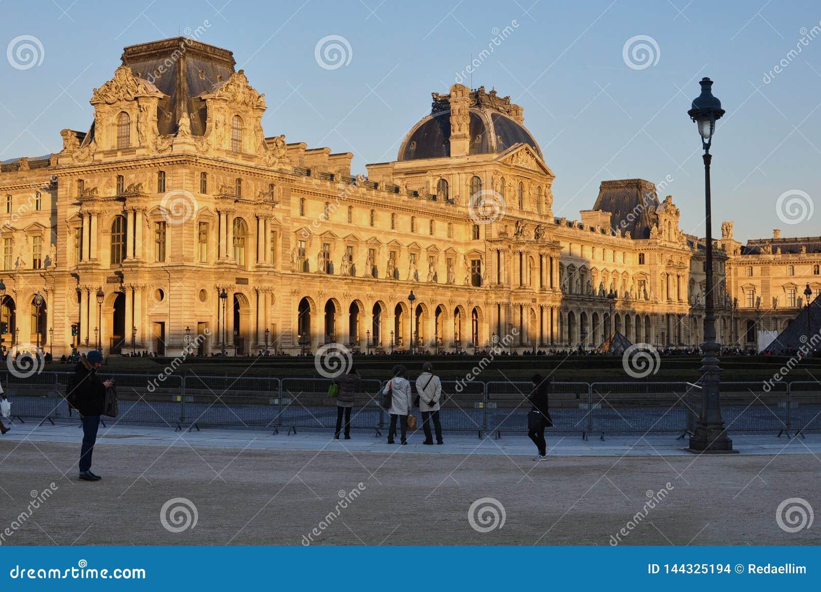 Parigi, Francia - 02/08/2015: Vista del museo del Louvre