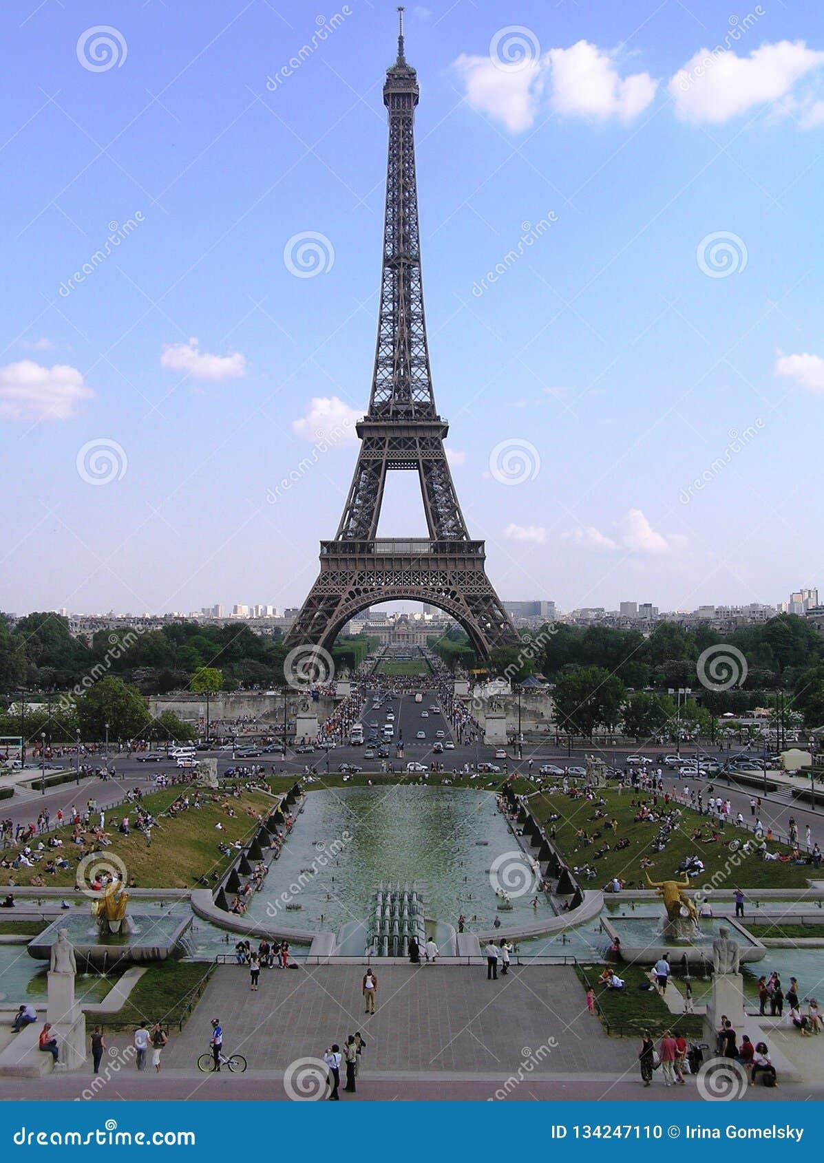 Parigi, vista della torre Eiffel dalle fontane di Trocadero