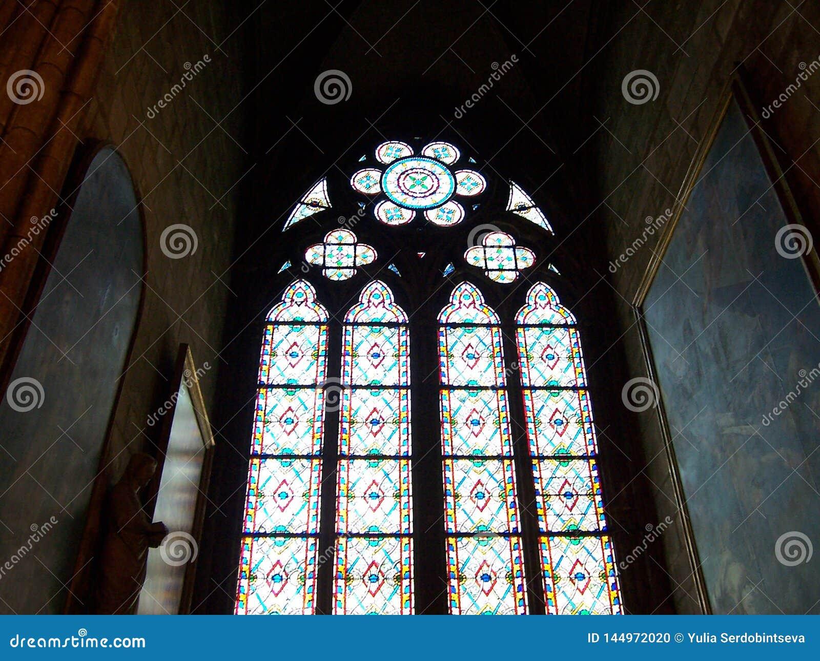 Parijs, Frankrijk - Augustus 06, 2009: Kleurrijk gebrandschilderd glasvenster in donker binnenland van de kathedraal van Notre Da